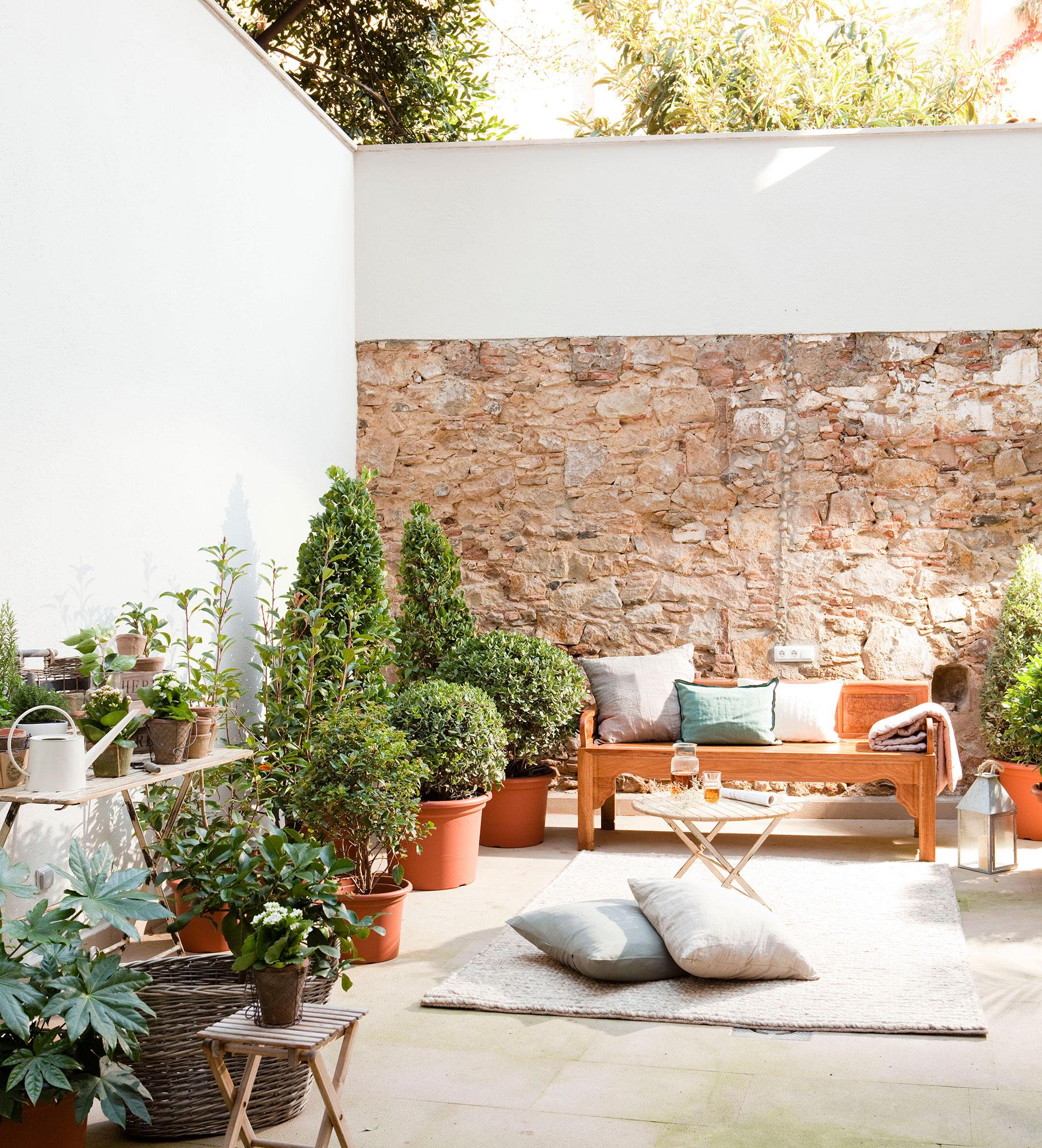 Patios y terrazas oasis de paz y tranquilidad sin salir for Como decorar un patio con piedras
