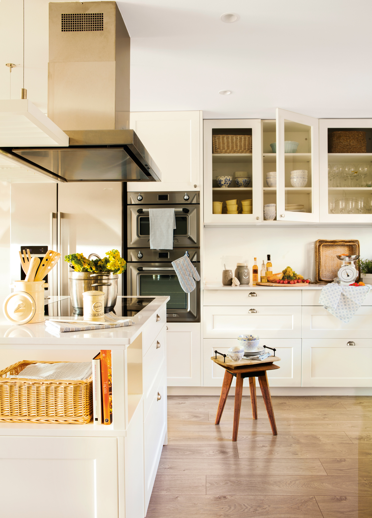 cocina blanca con isla y parquet vitrinas