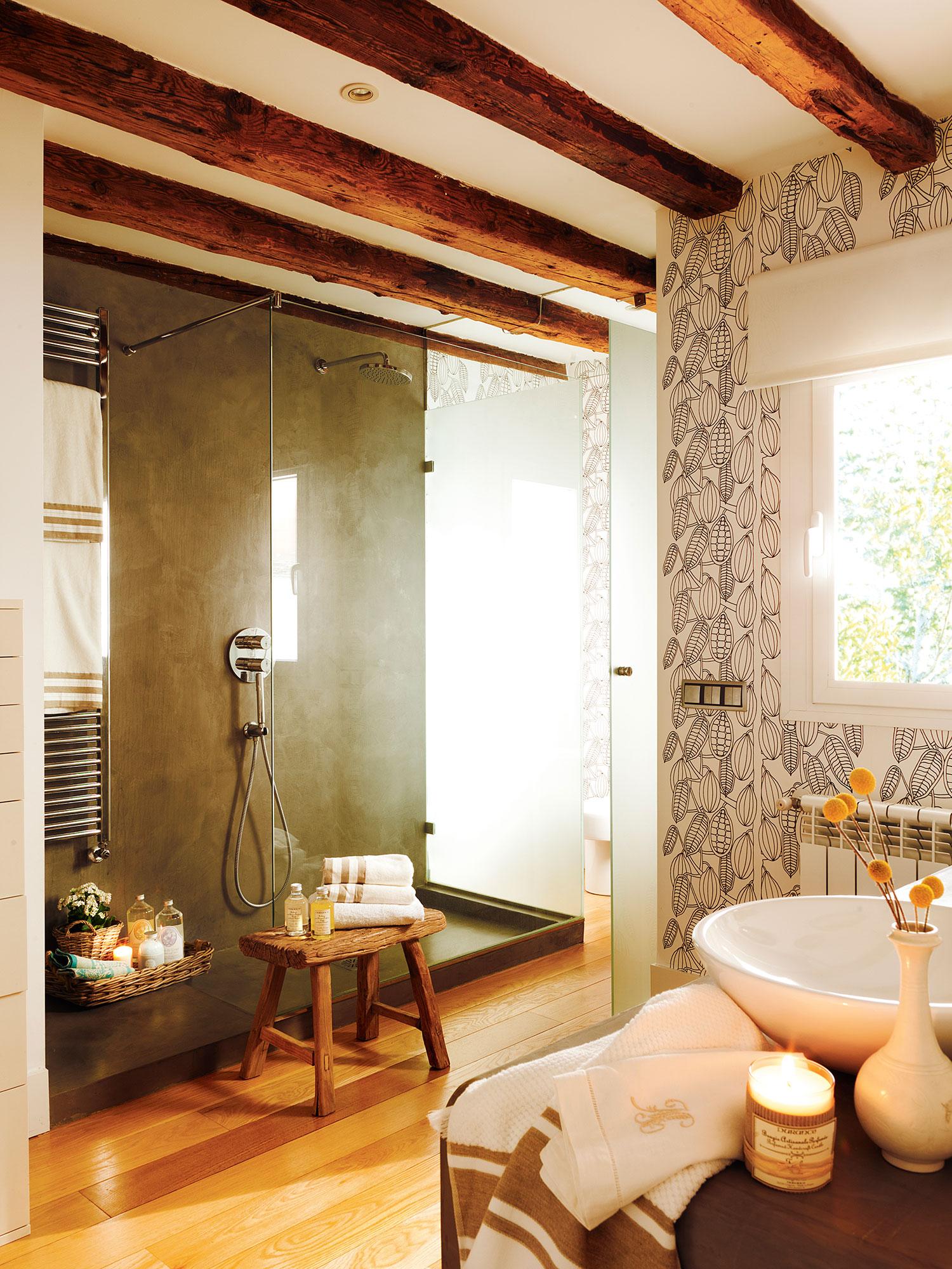 Baño con ducha revestida de microcemento y vigas de madera. Perfilería 8575d76d2118