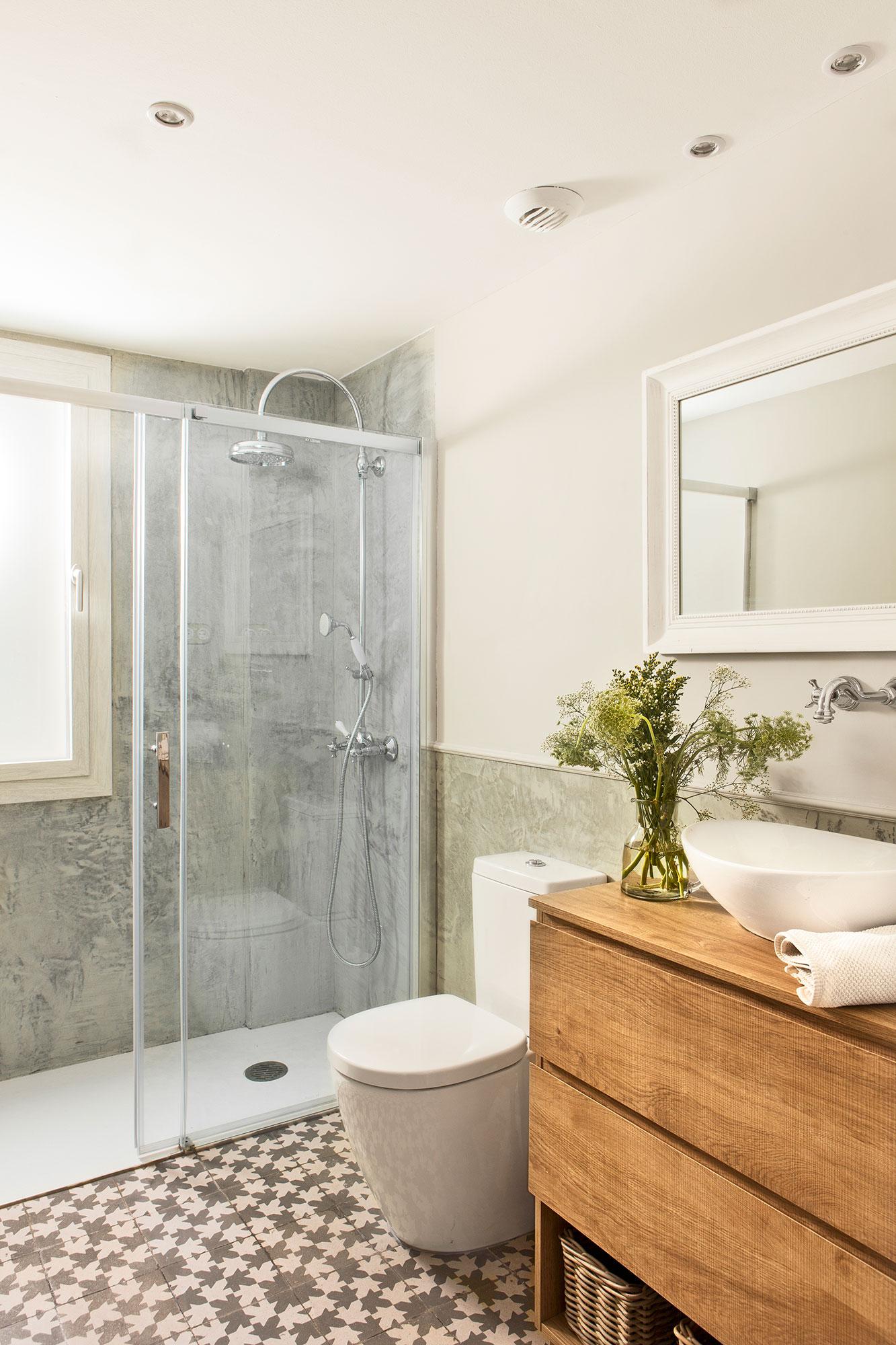 bao con mosaico y ducha con puertas correderas