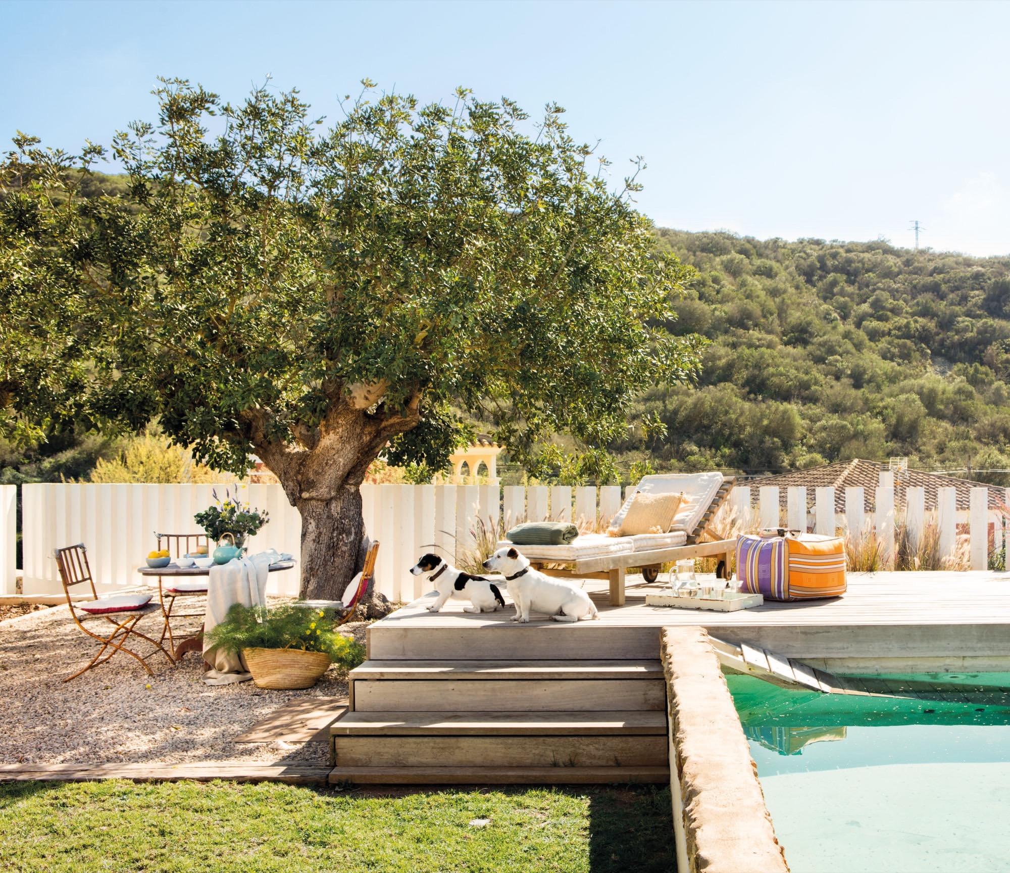 Una casa en menorca en tonos arena - Jardines de casas de campo ...
