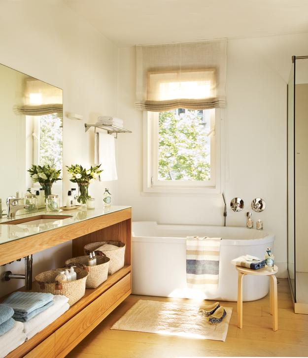bao con suelo de madera una alargada encimera con un lavamanos y una baera bajo la ventanafad