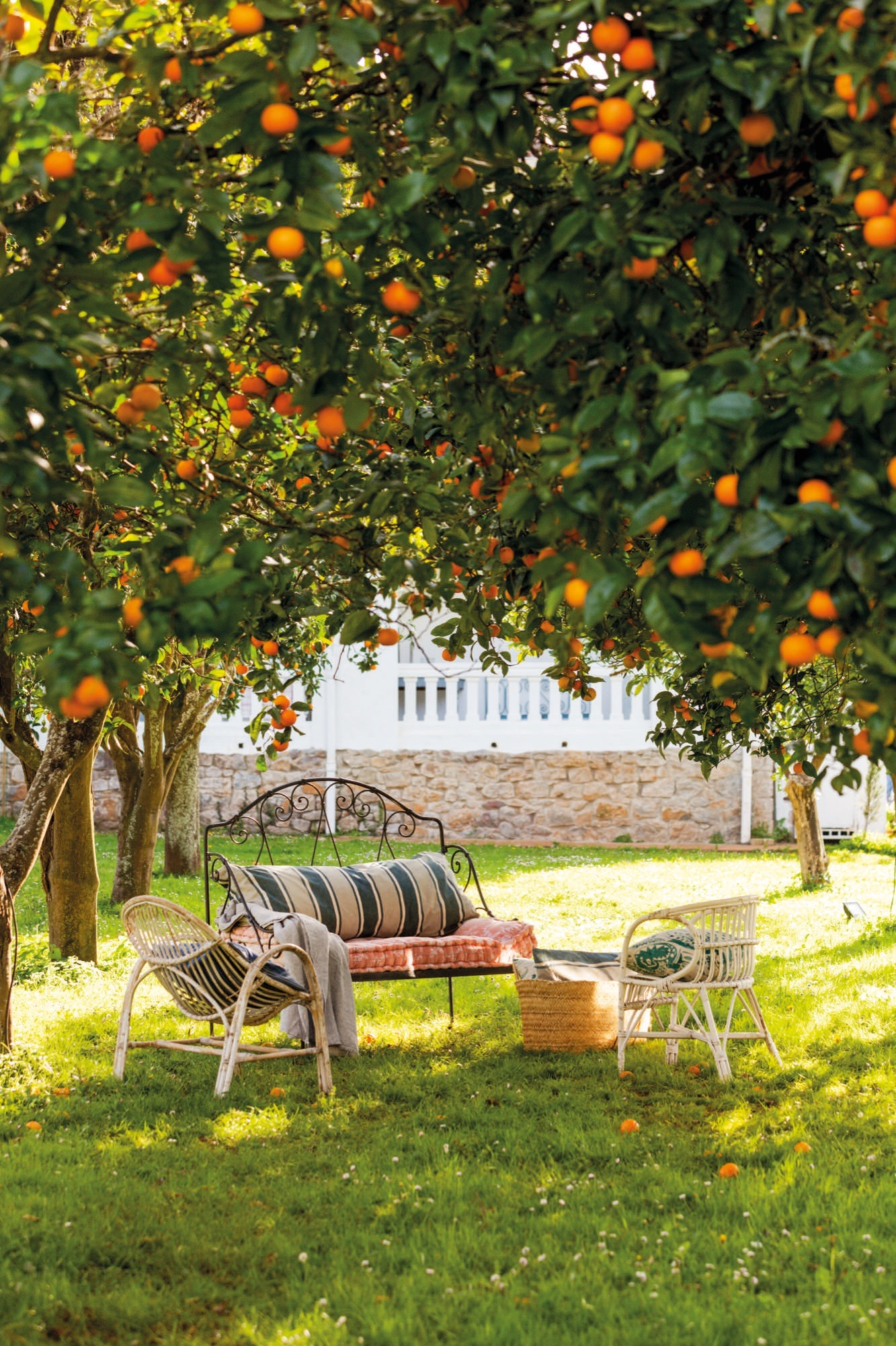 muebles de jardin bajo los arboles en casa de federica&co