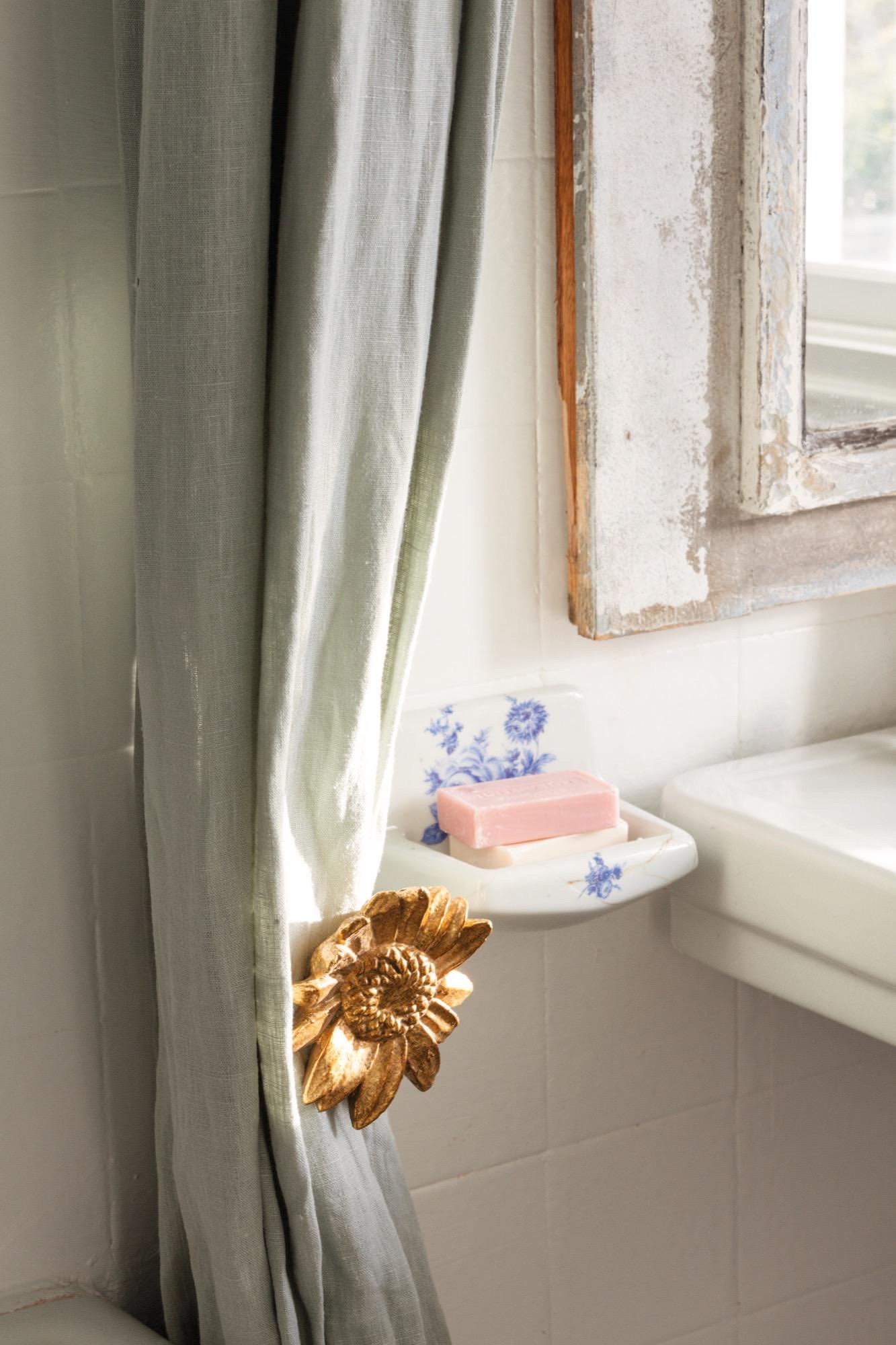 detalles en el baño de la casa de federica&co en novales con cortina de lino y jabonera