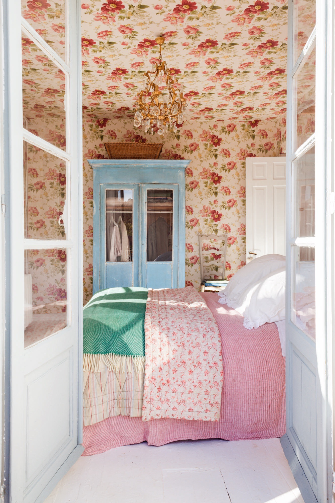 dormitorio muy femenino con papel pintado incluso en el techo en casa de federica&co en novales