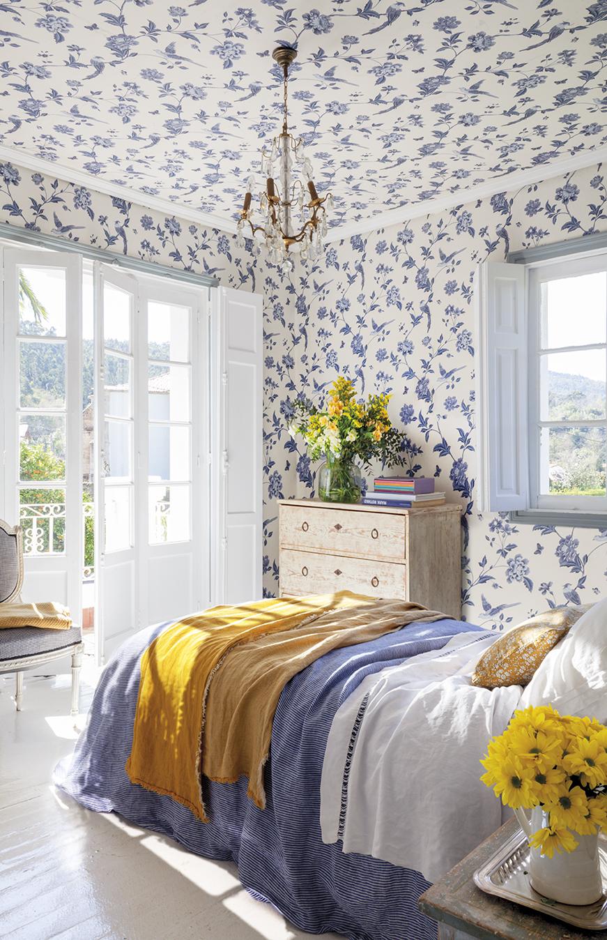 dormitorio con papel pintado azul y blanco también en el techo en casa de federica&co en novales