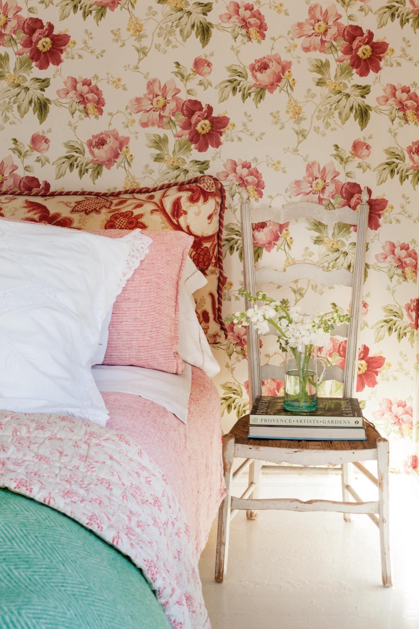 detalle en un dormitorio afrancesado con papel pintado de flores en casa de federica&co en novales