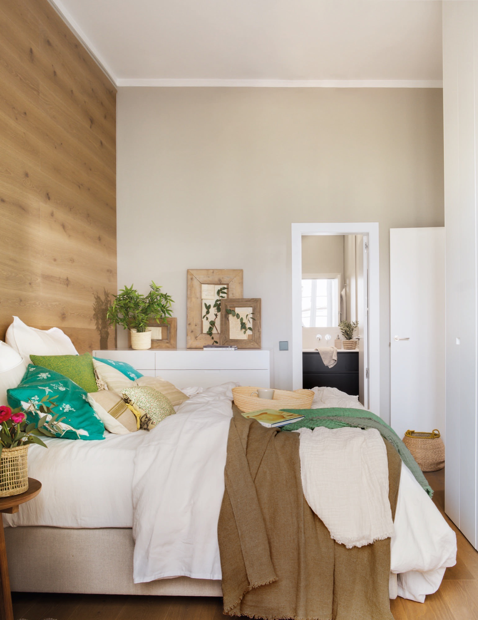 Un piso peque o y muy primaveral - Armarios pequenos dormitorio ...