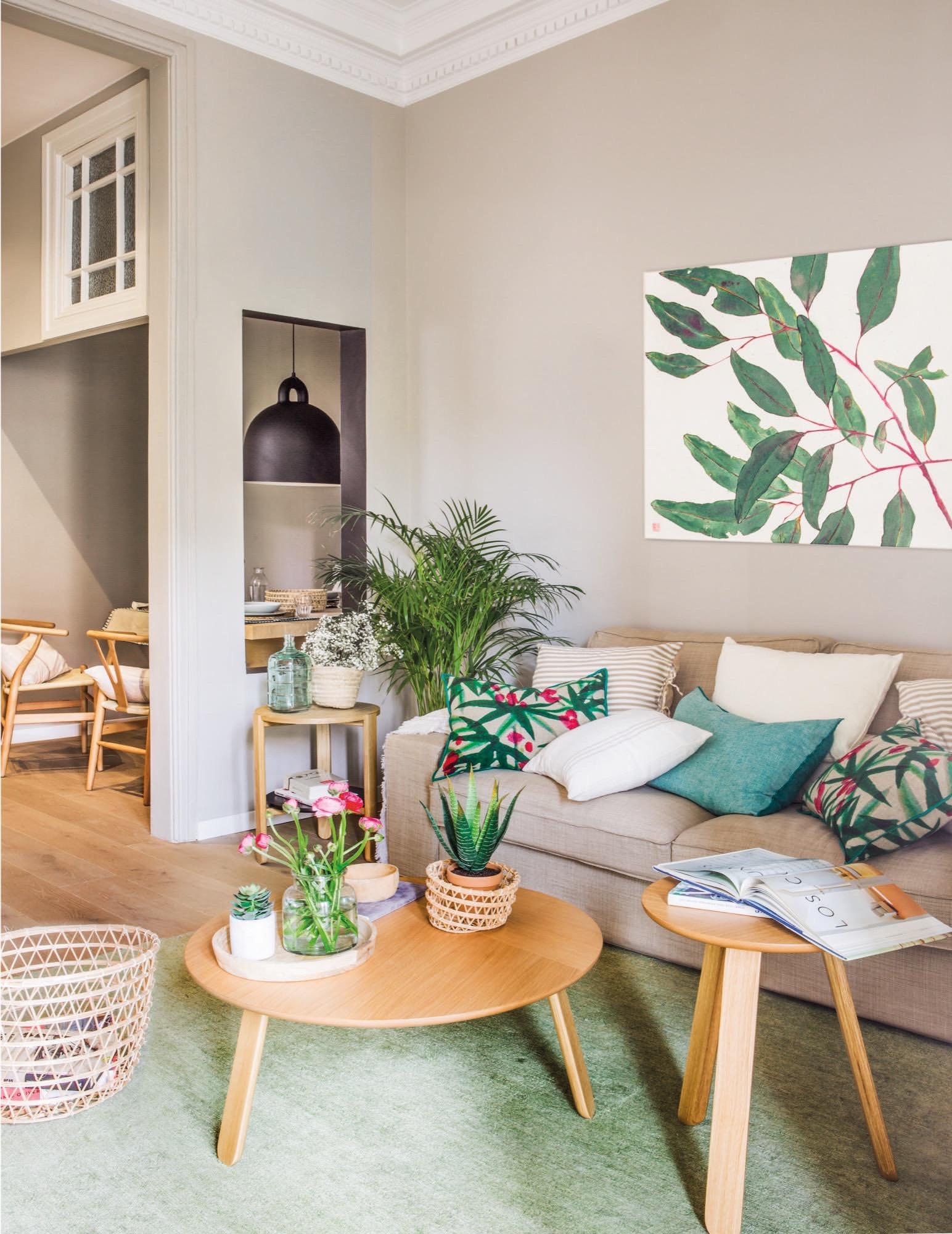 Un piso peque o y muy primaveral for Plantas salon decoracion