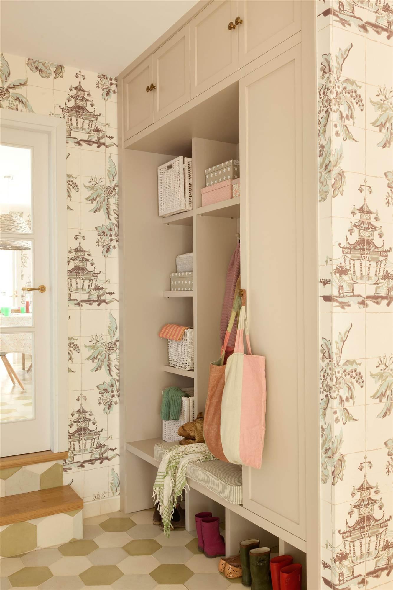 o armario de recibidor hecho a medida en madera clara con armarios