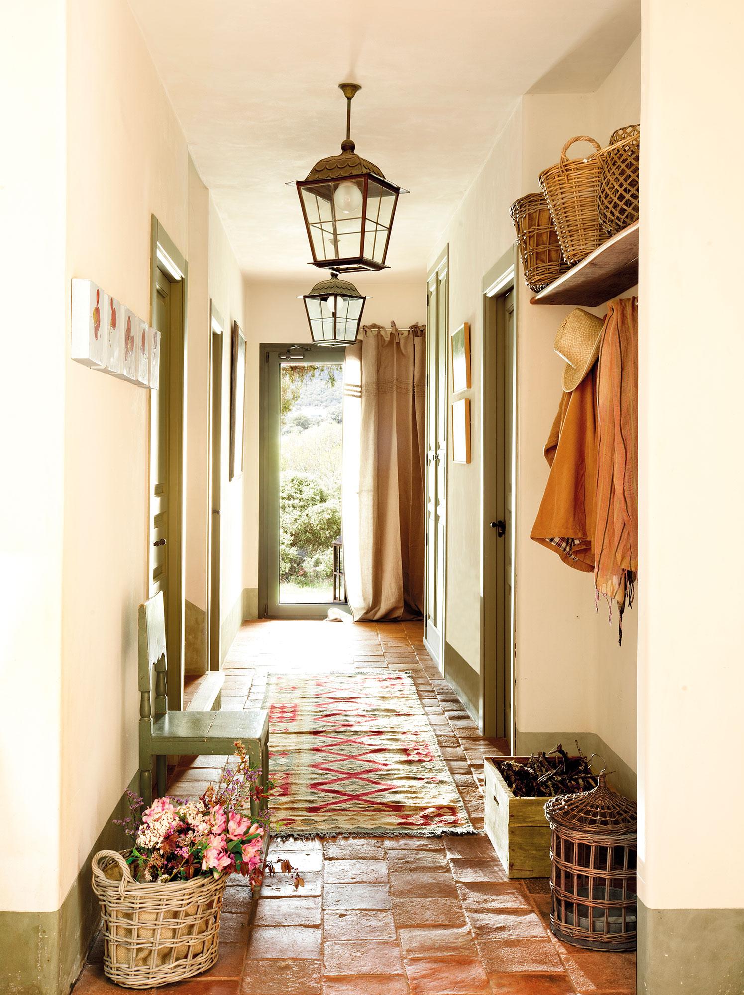 Recibidor campestre con puertas en verde. Una colección en el recibidor 3426a408c34