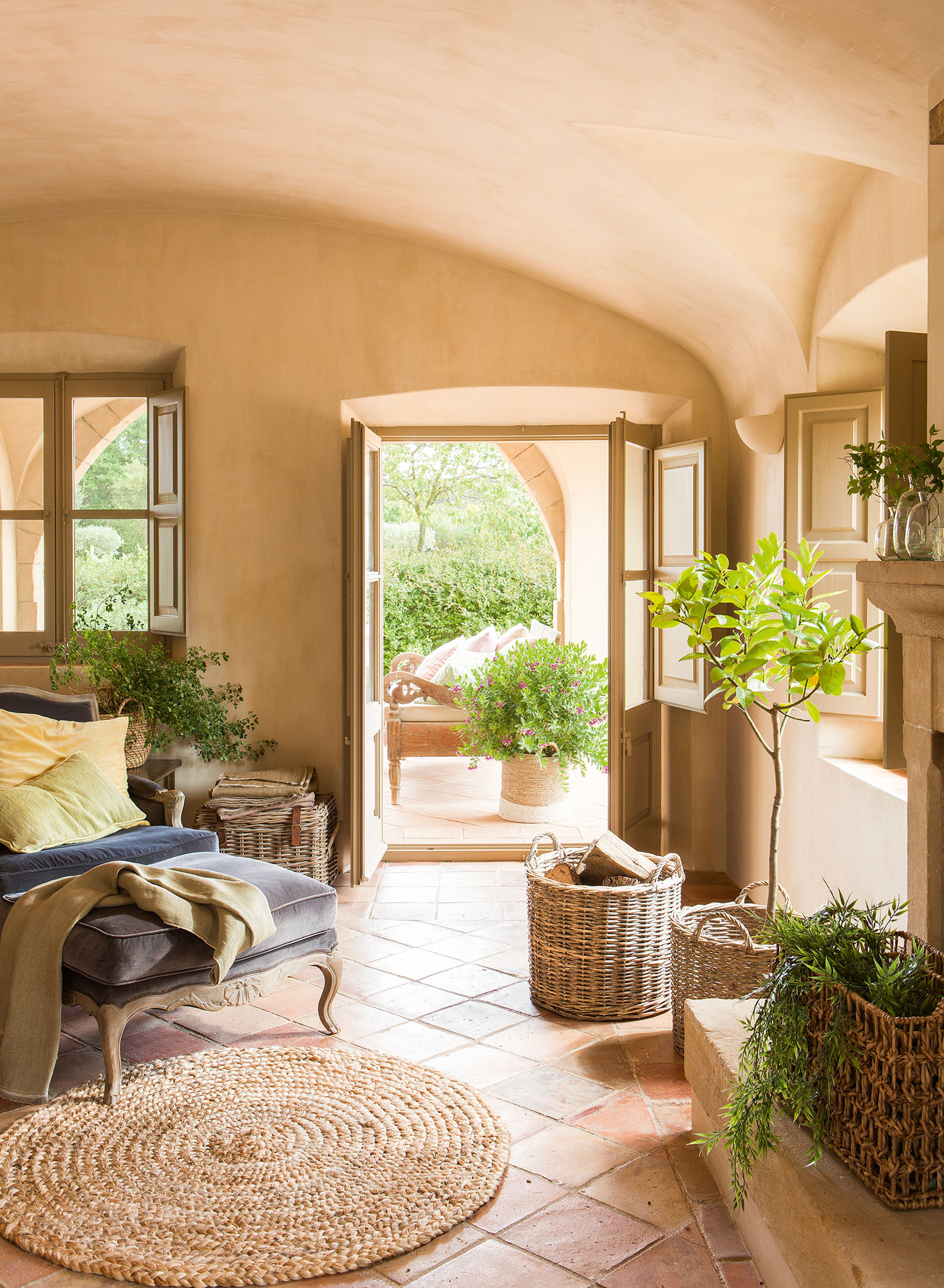 Decorar con cestos est de moda for Casas decoradas con plantas naturales