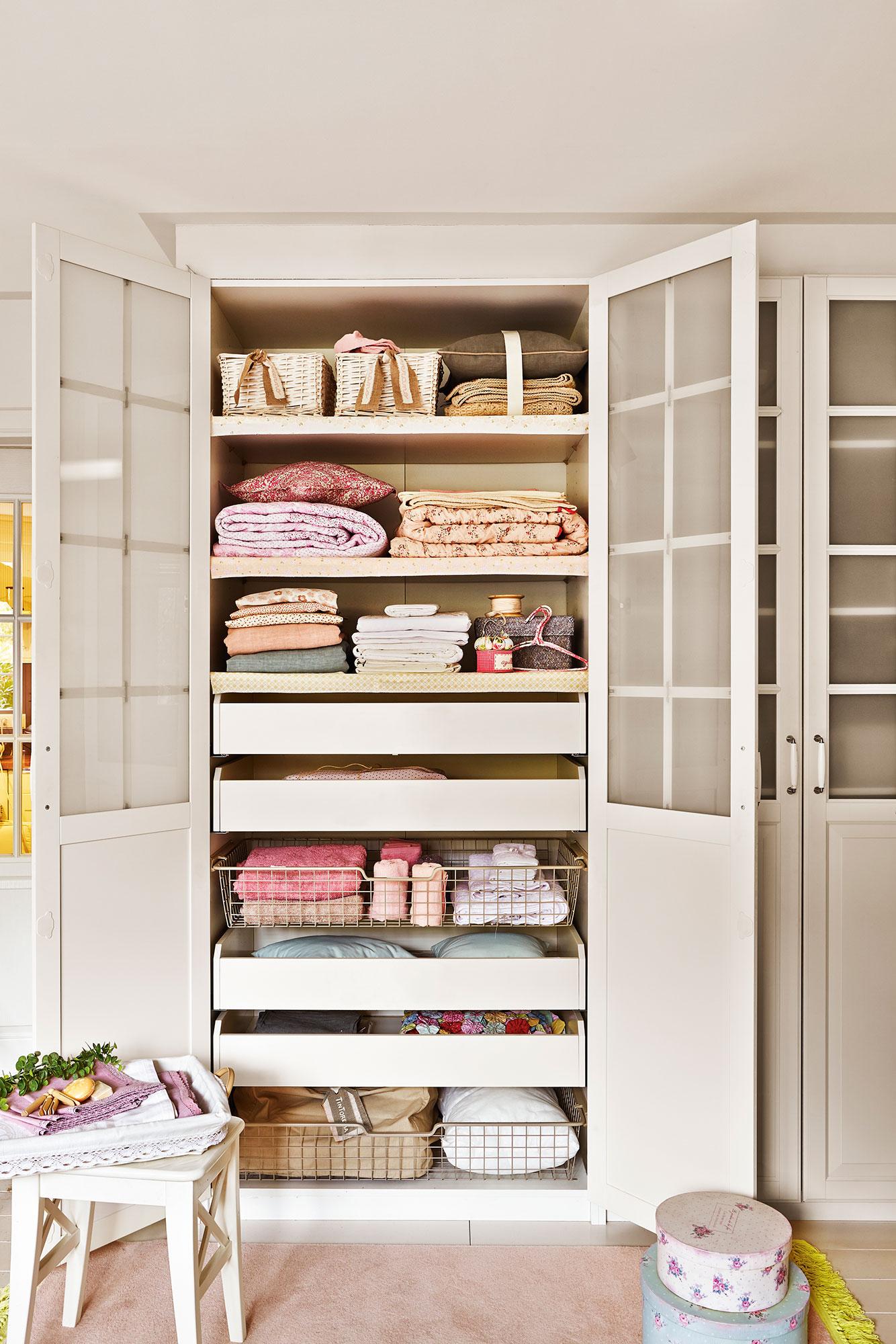 Claves del orden ideas y trucos para ganar espacio - Mueble para toallas ...