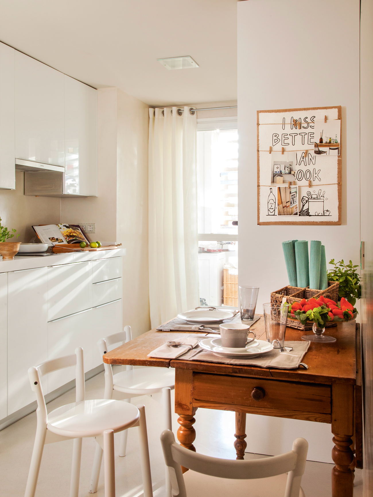 Un office ideal en la cocina for Mesa cocina blanca