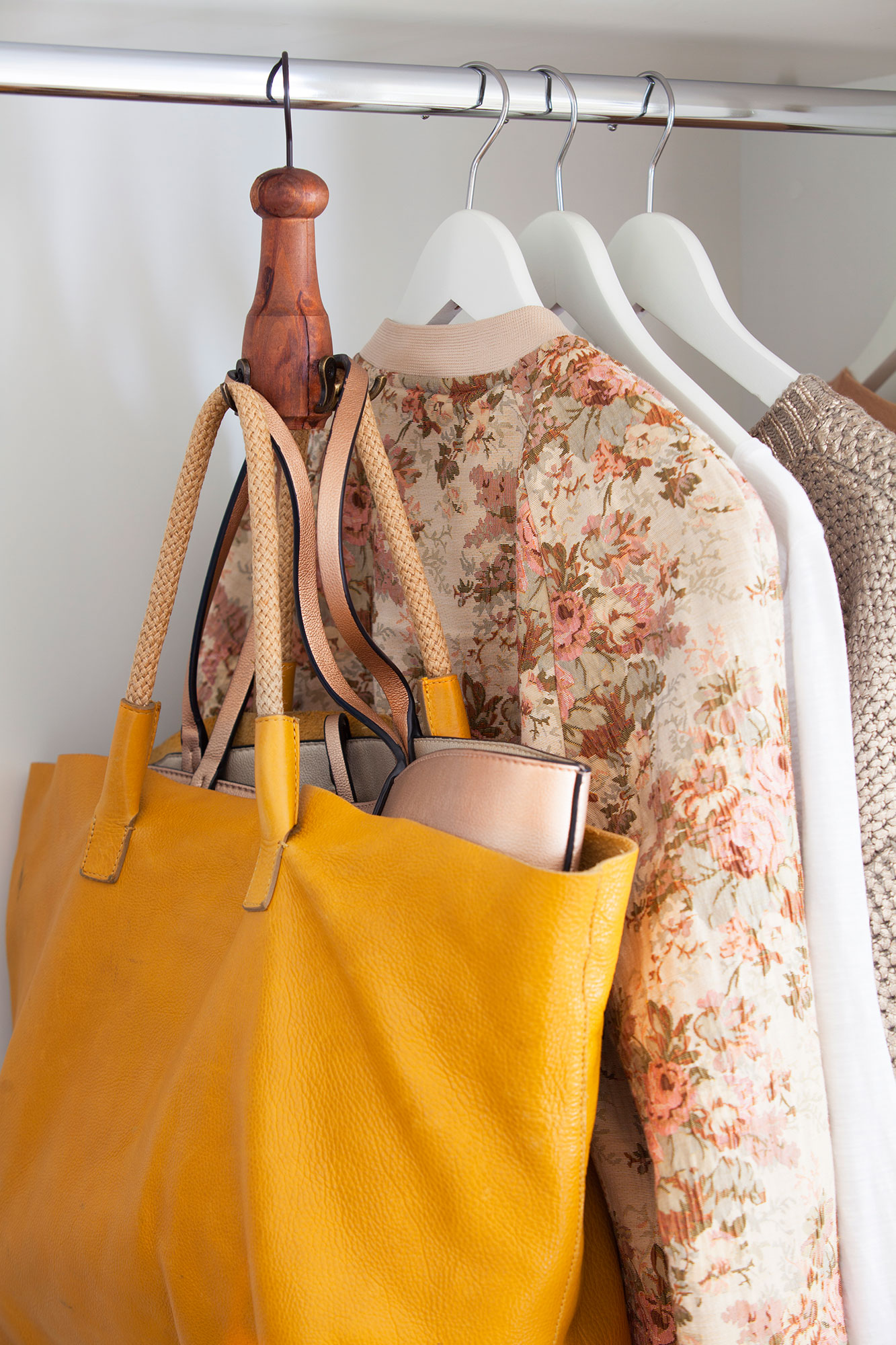 Como hacer una percha para colgar bolsos soporte o perchero para bolsos bricoman aideas para - Como guardar los bolsos ordenados ...