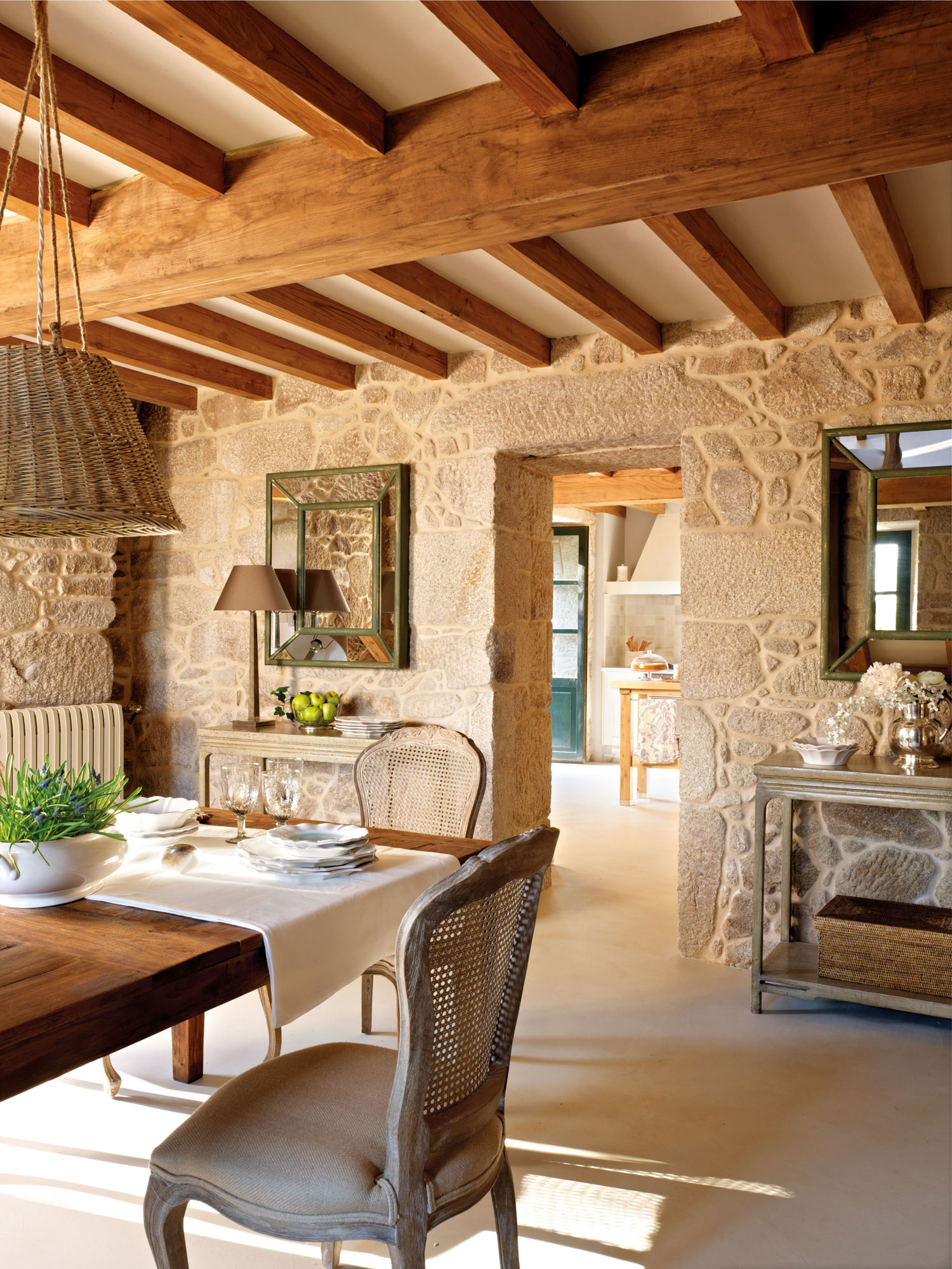Una casa r stica con vigas de madera for Decorar puertas viejas de interior