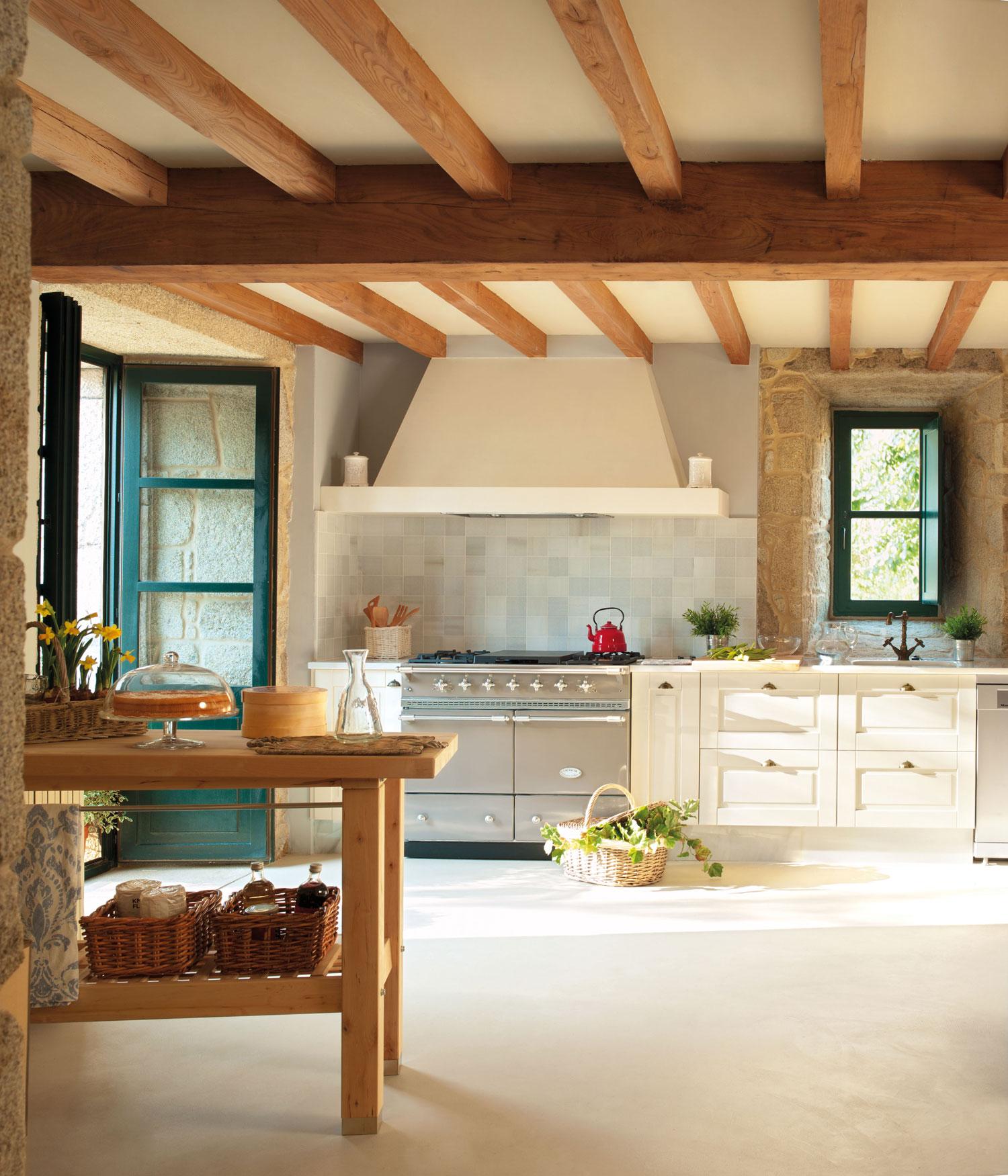 00315224. Amplia cocina blanca con vigas de madera y una mesa auxiliar para desayunos_00315224
