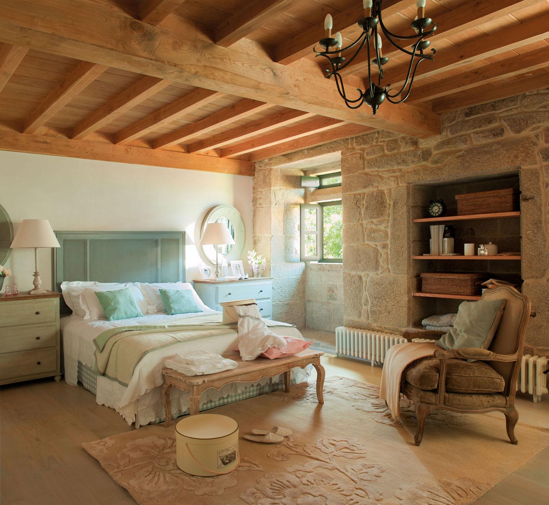 Una casa r stica con vigas de madera - Cabeceros de madera rusticos ...