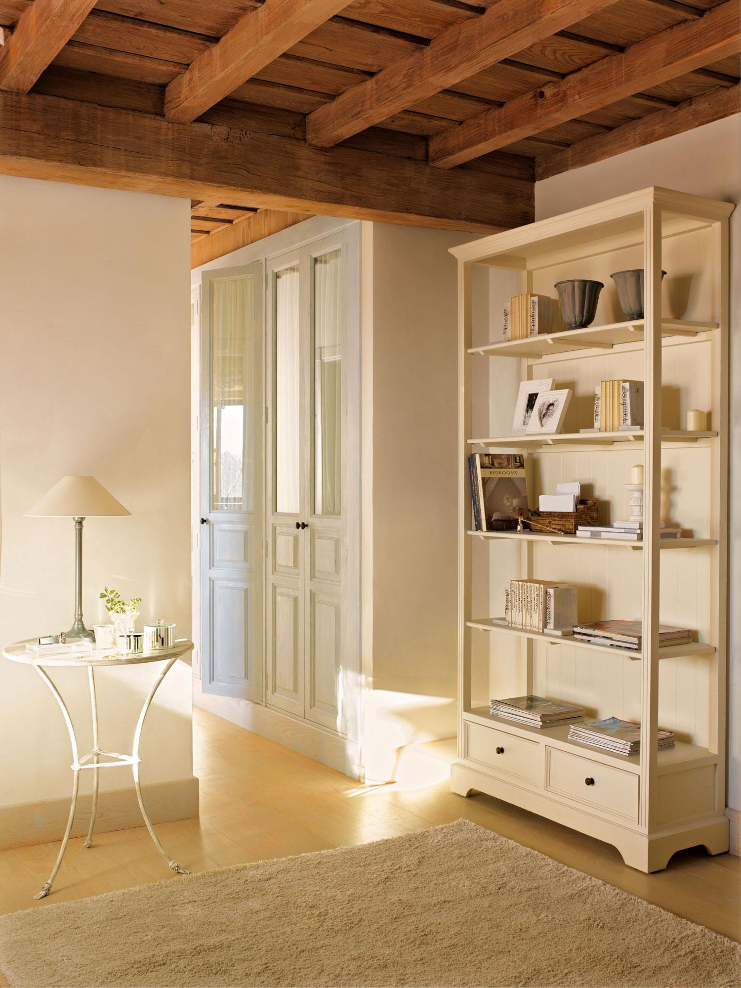 00315228. Rincón blanco con alfombra, estantería con libros y una mesa auxiliar_00315228
