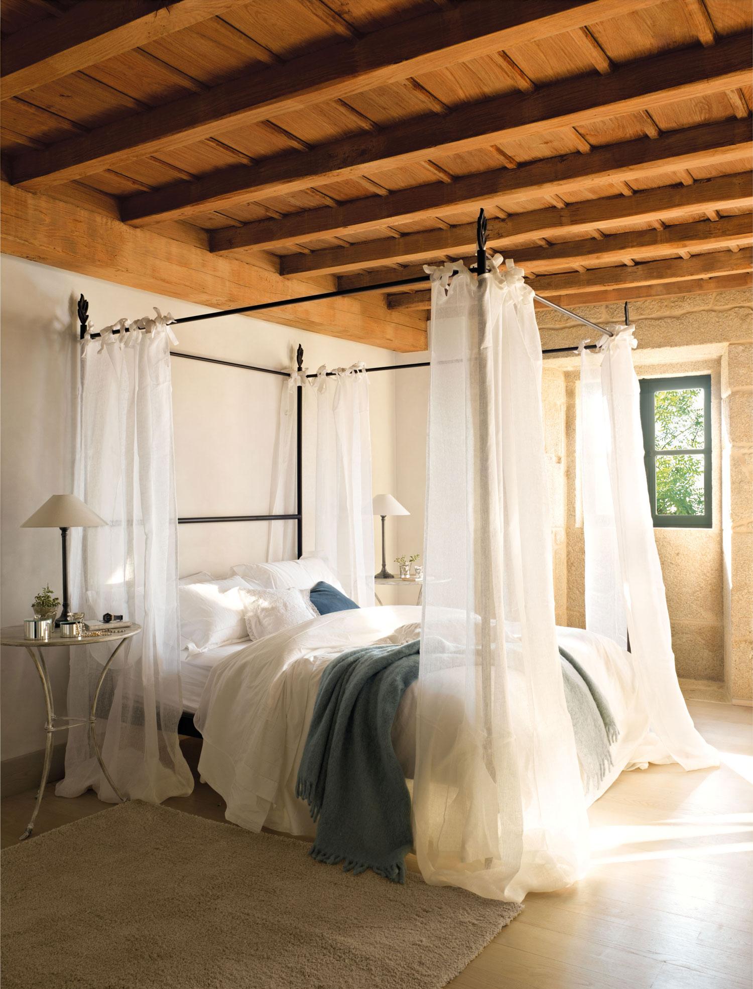 00315231. Rústico dormitorio con vigas de madera, cama con dosel y ropa de cama en azul y blanco_00315231