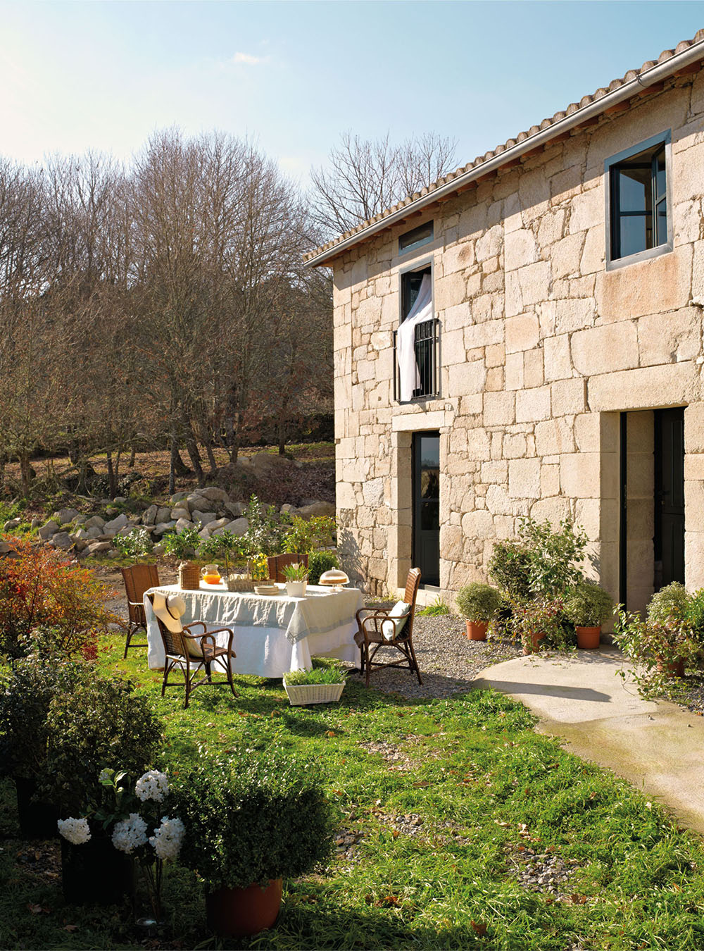 Una casa r stica con vigas de madera for Casas modernas revestidas en piedra