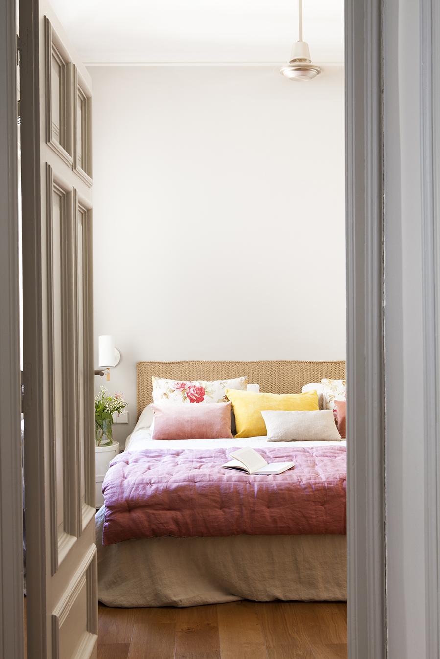 16 trucos para decorar tu dormitorio y dormir mejor - Cabeceros con cojines ...