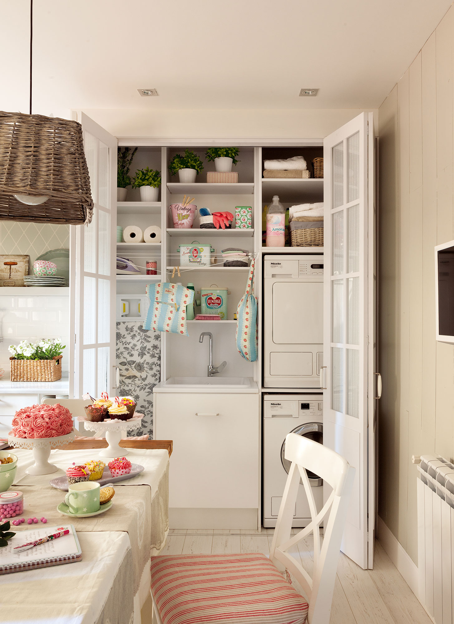 cocina con armario abierto con lavadero lavadora y secadora