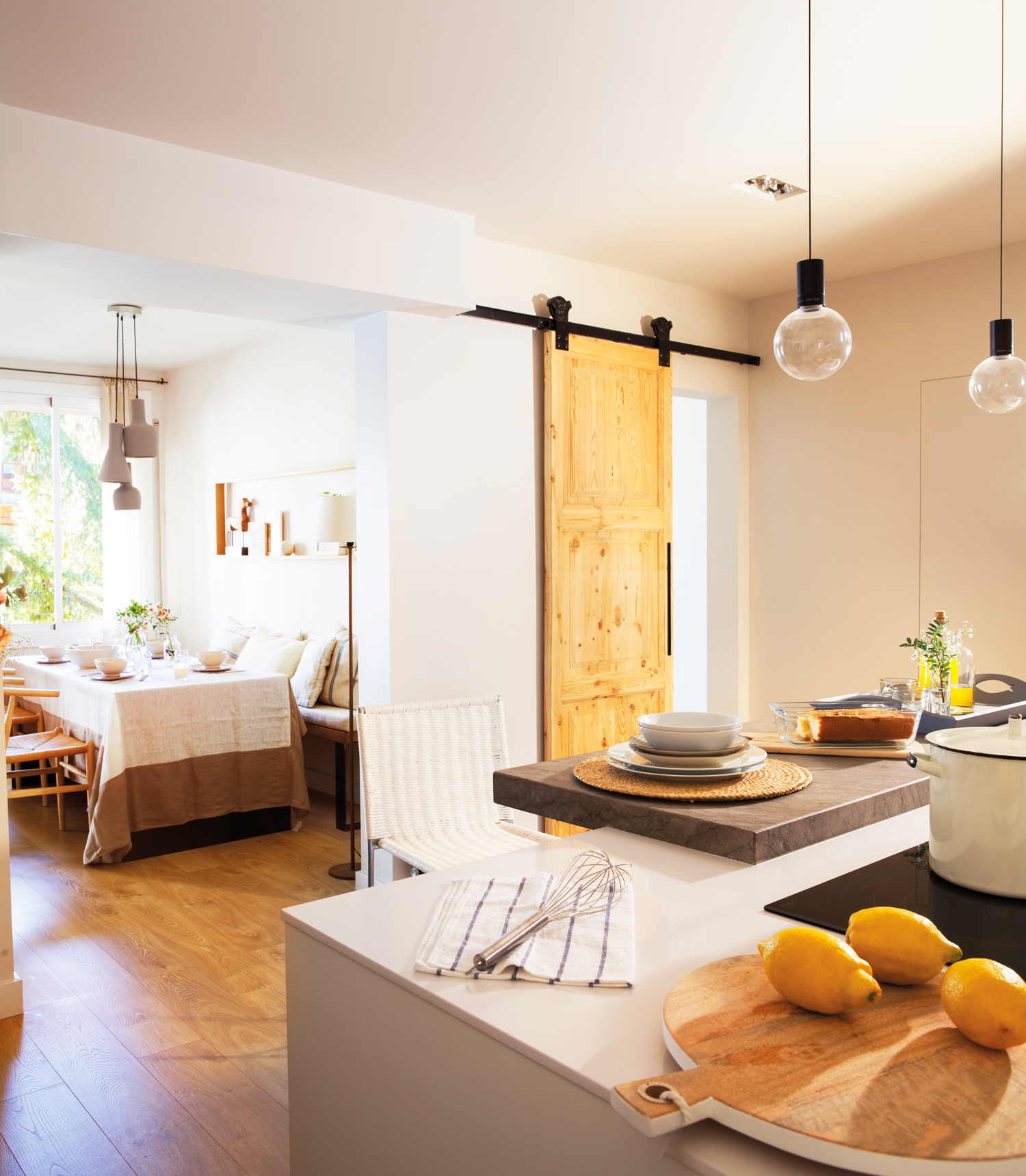 Puertas correderas para evitar barreras y ahorrar espacio for Dividir cocina comedor