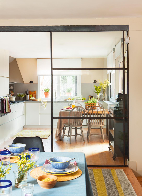 cocina con comedor separado por puerta
