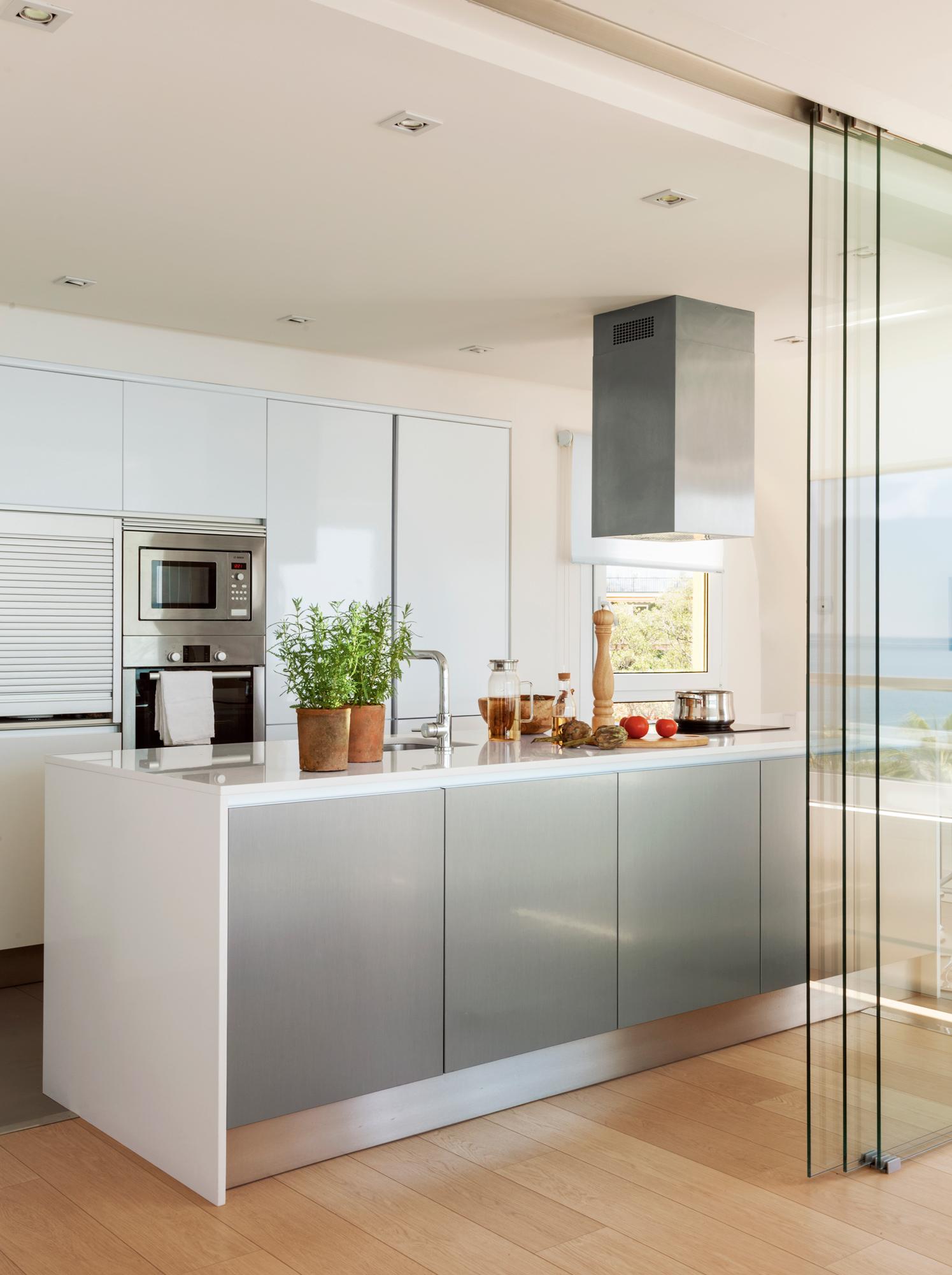 Puertas correderas para evitar barreras y ahorrar espacio for Cocinas con islas en el medio