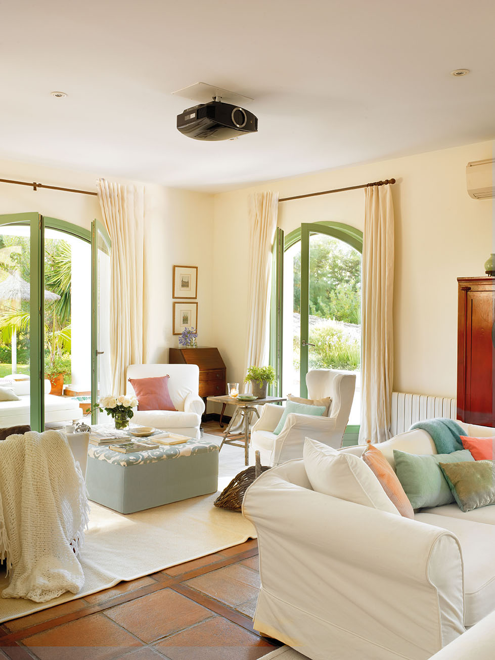 00324103. Luminoso salón con sillones en blanco y un secreter en el rincón_00324103