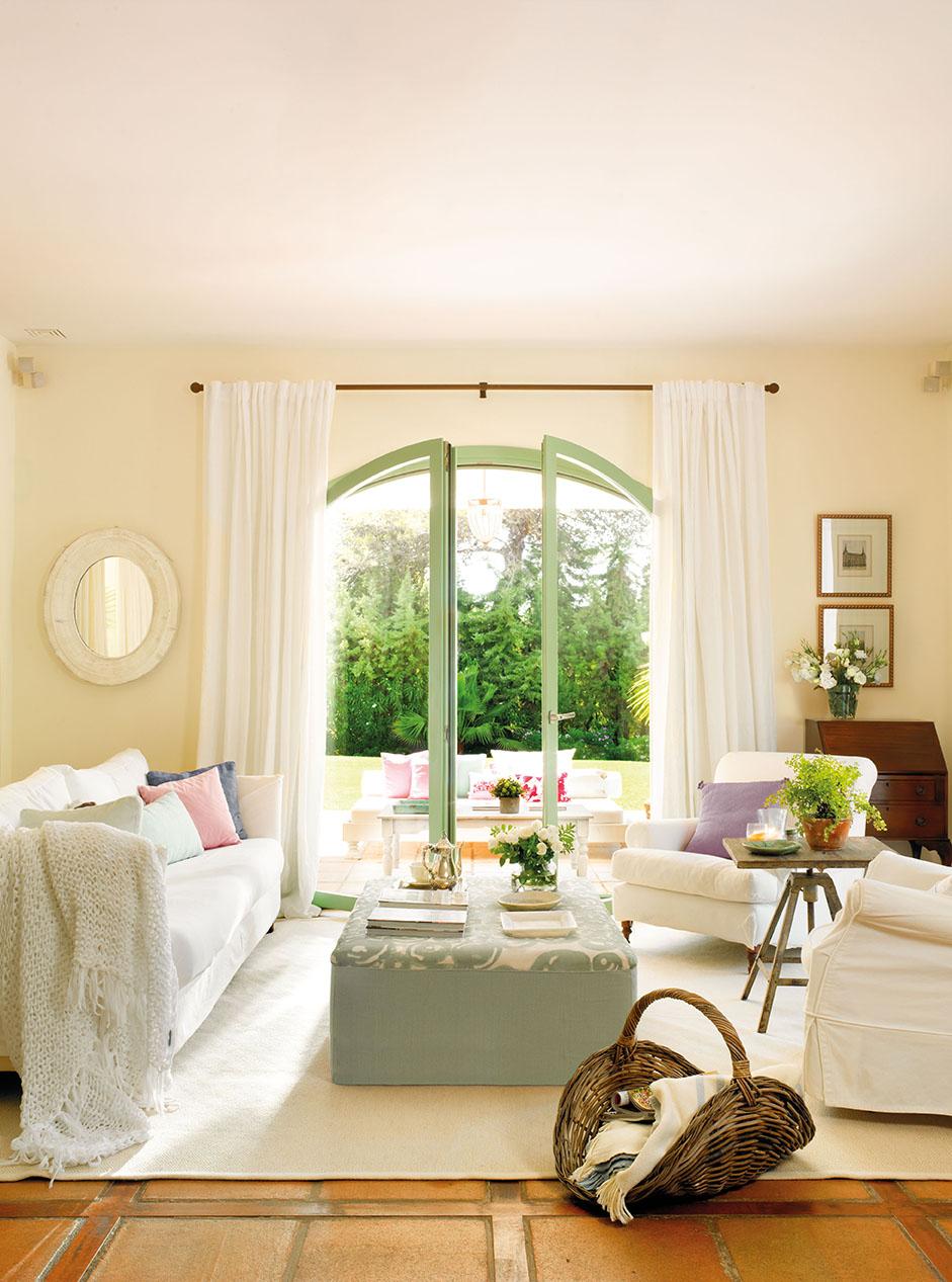 00324104. Salón con sofás y alfombra en blanco abierto al jardín por un ventanal_00324104