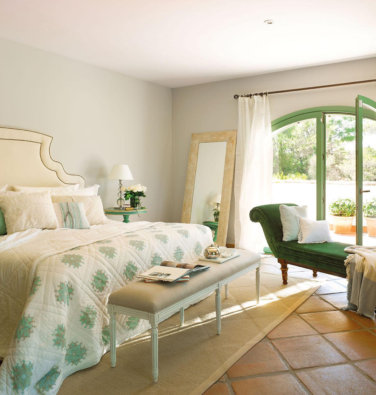 00324111. Dormitorio en blanco y verde con chaise longue y banqueta a los pies de la cama_00324111