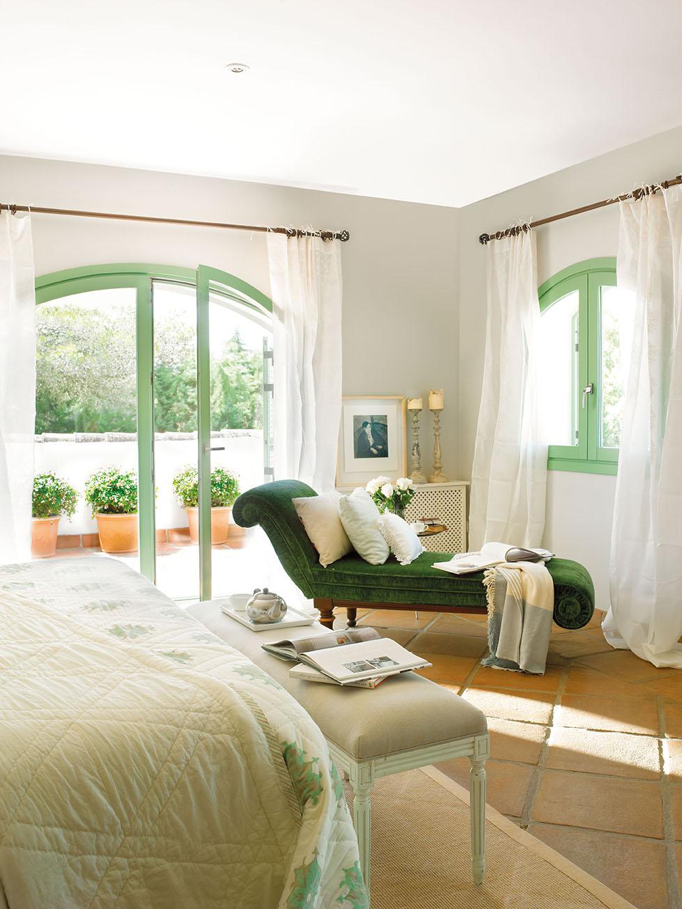 00324112. Chaise longue verde con cojines en blanco en un rincón del dormitorio_00324112