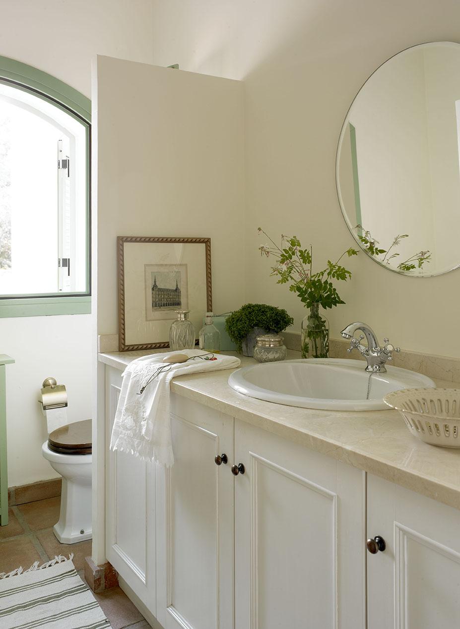 00324117 O. Mueble bajo lavabo en blanco con un espejo y cuadro_00324117 O