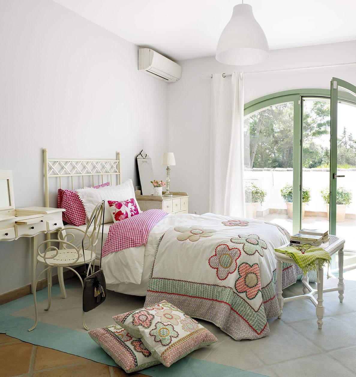 00324119 O. Dormitorio juvenil en blanco con ropa de cama y cojines con dibujos de flores_00324119 O