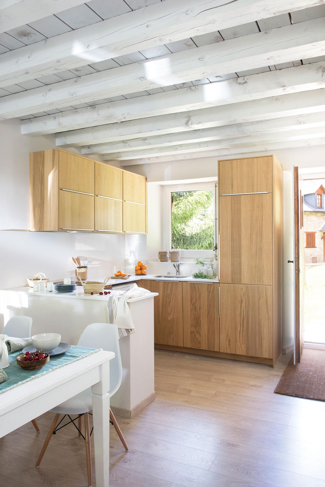 Cocinas peque as claves para distribuirlas en u for Cocina abierta con comedor