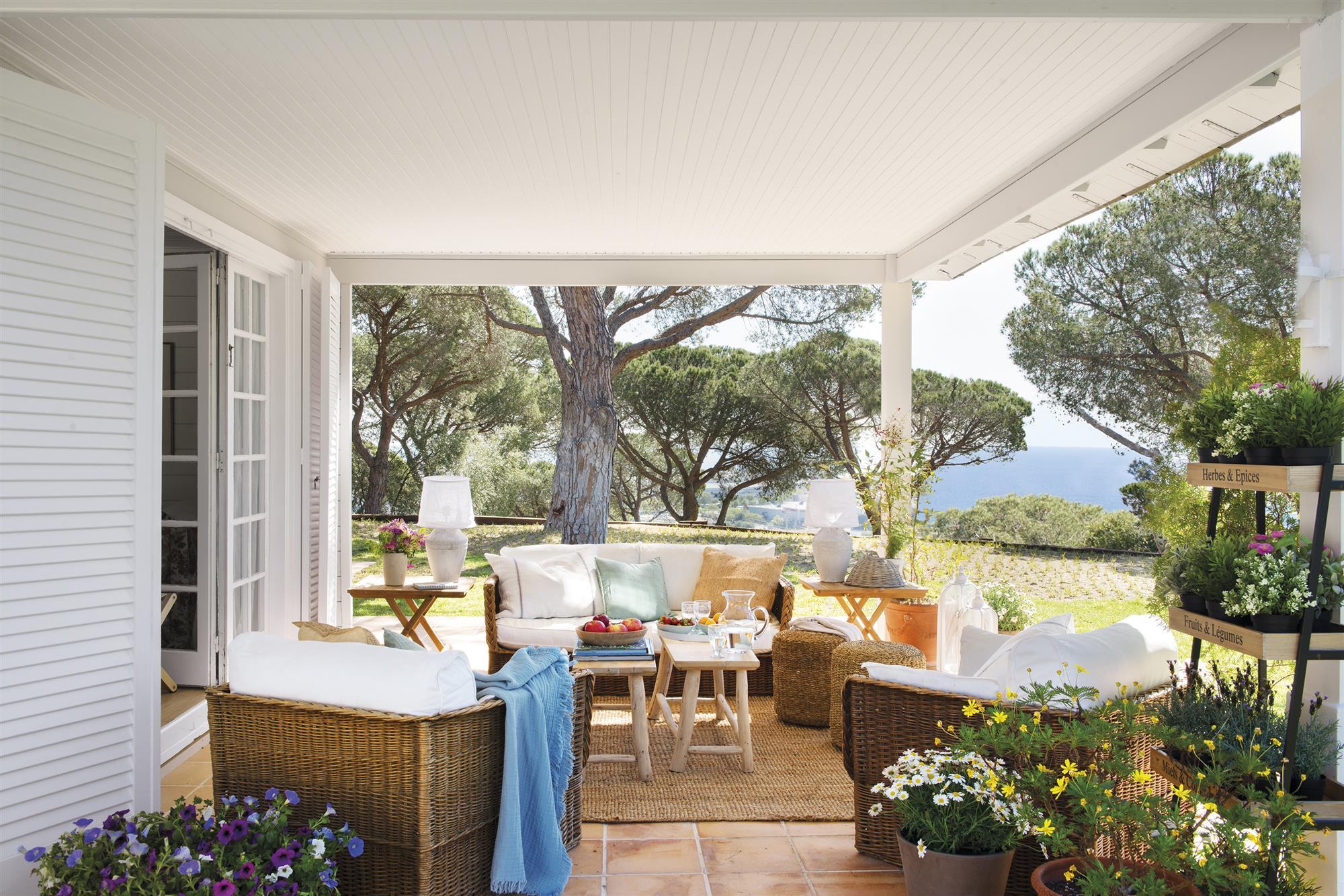 Casa de madera con piscina en la playa - Como decorar un porche ...