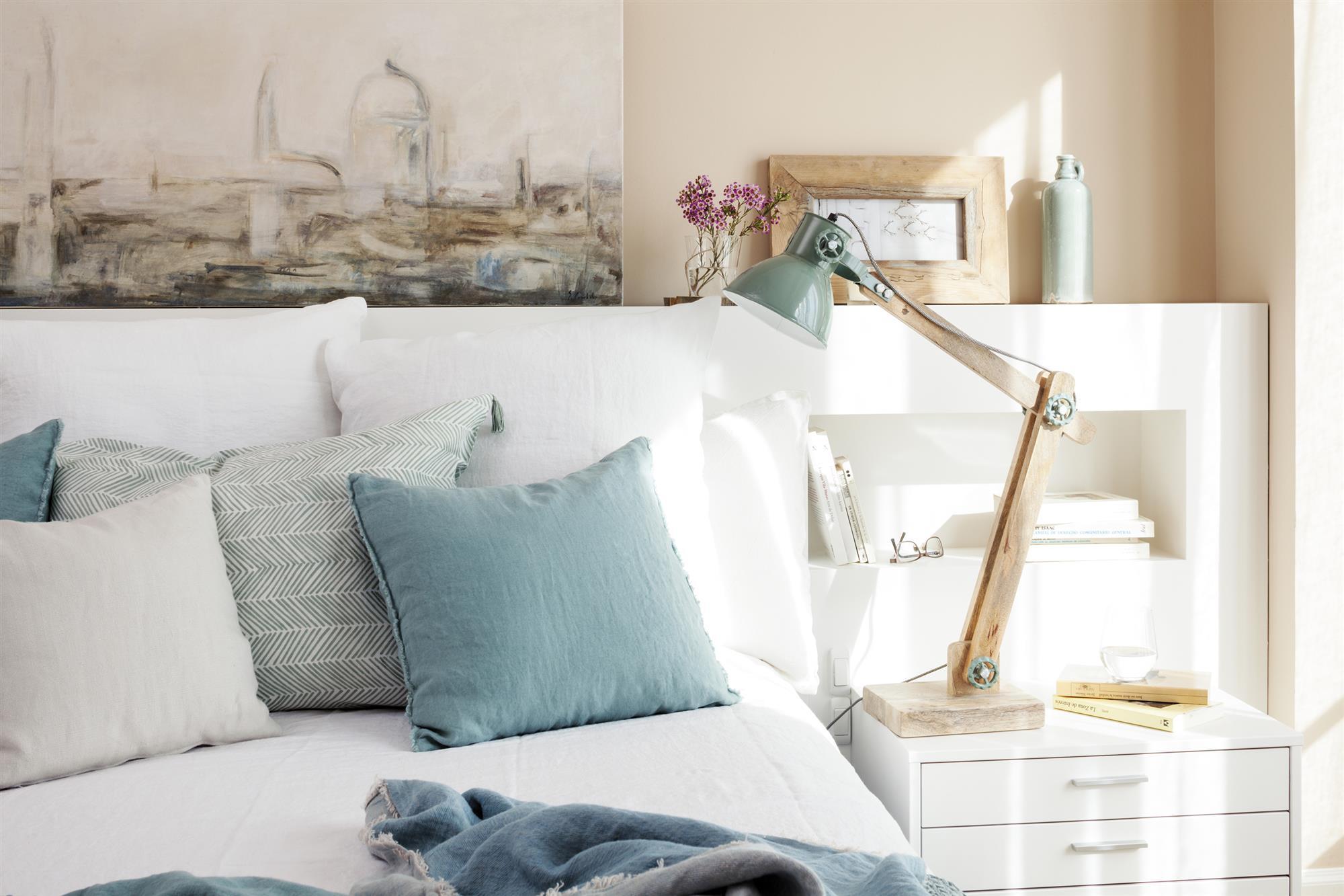 Reforma de un piso con una decoraci n muy luminosa y mucha for Salas con cojines en el piso