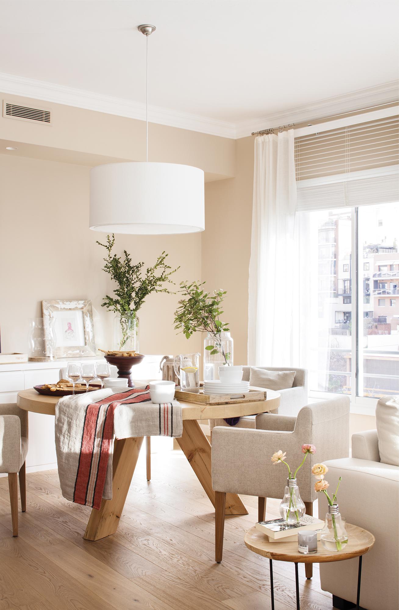 Reforma de un piso con una decoraci n muy luminosa y mucha for Sillones de cocina