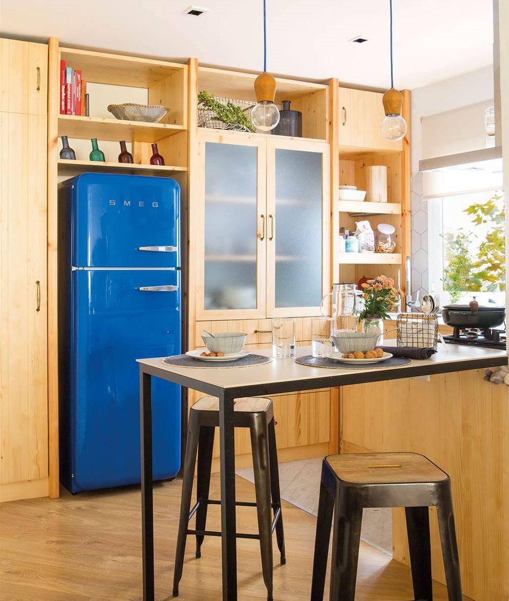 cocina pequea con muebles de madera y nevera azul