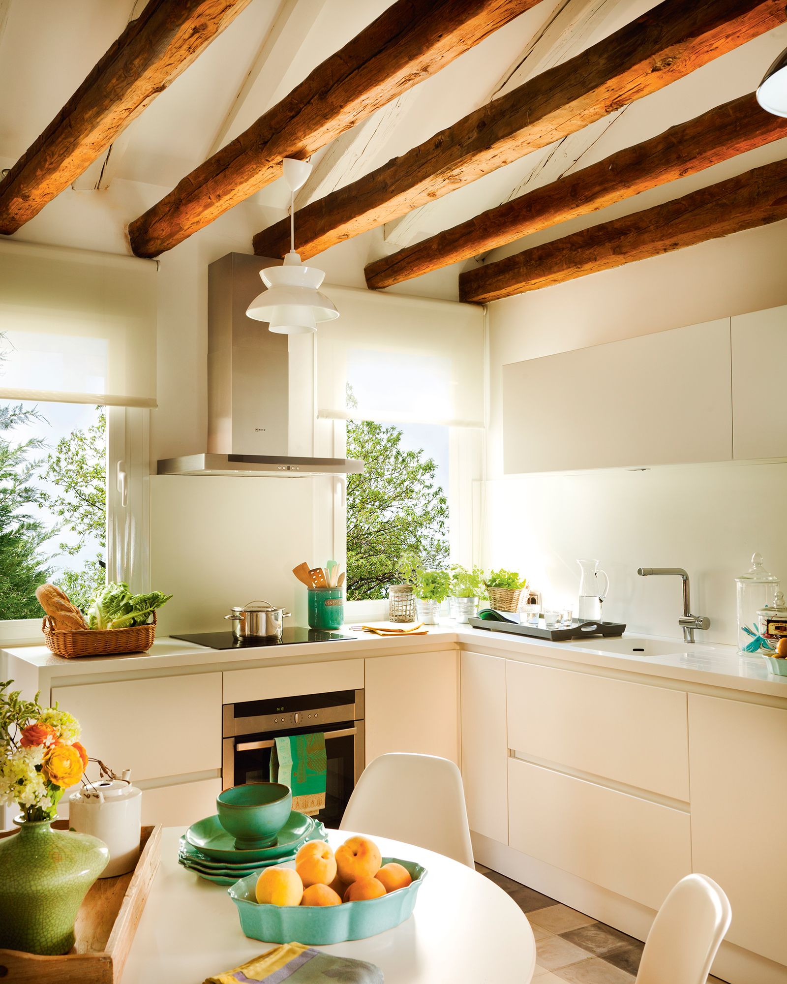 Cocinas peque as distribuidas en l - Vigas de madera redondas ...