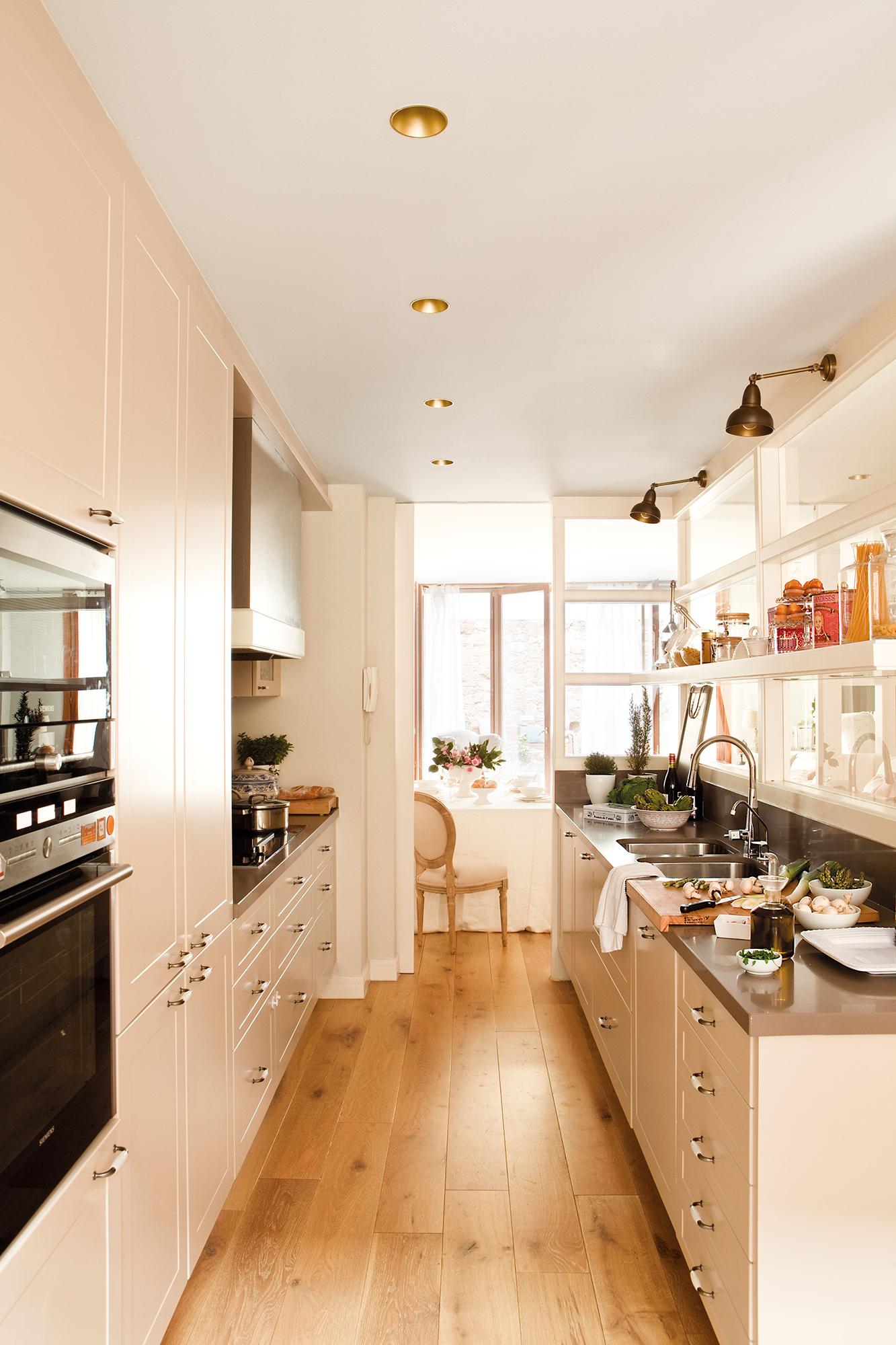 Cocinas peque as distribuidas en paralelo for Cocinas alargadas y estrechas fotos