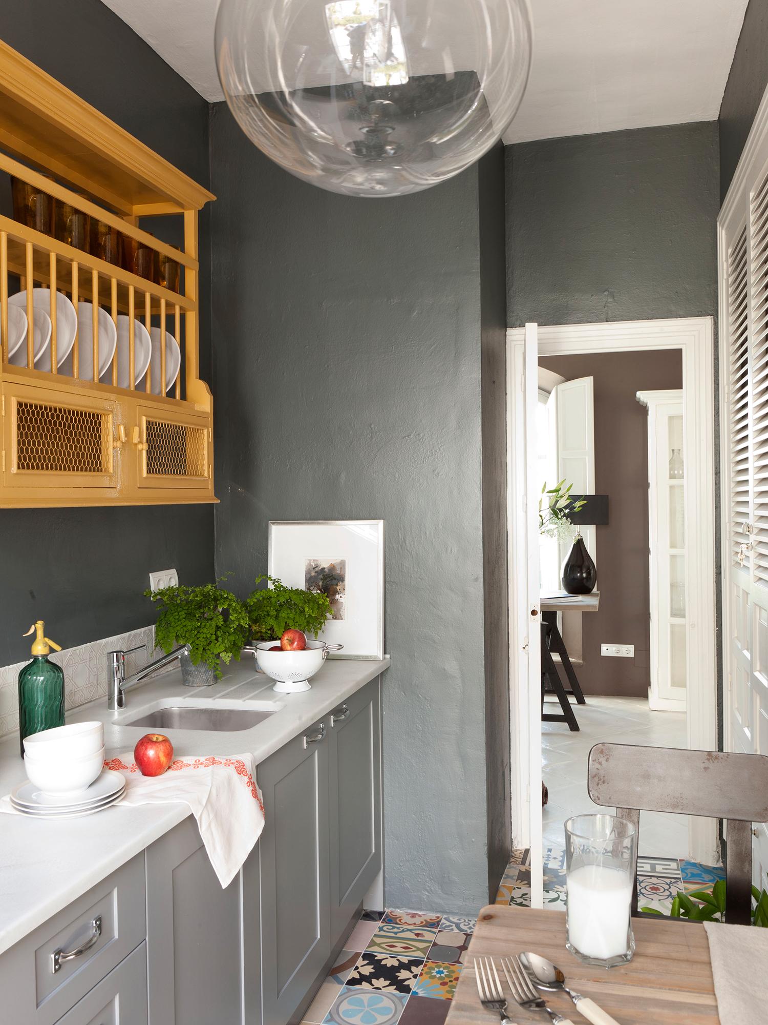Cocinas peque as distribuidas en paralelo - Muebles grises paredes color ...