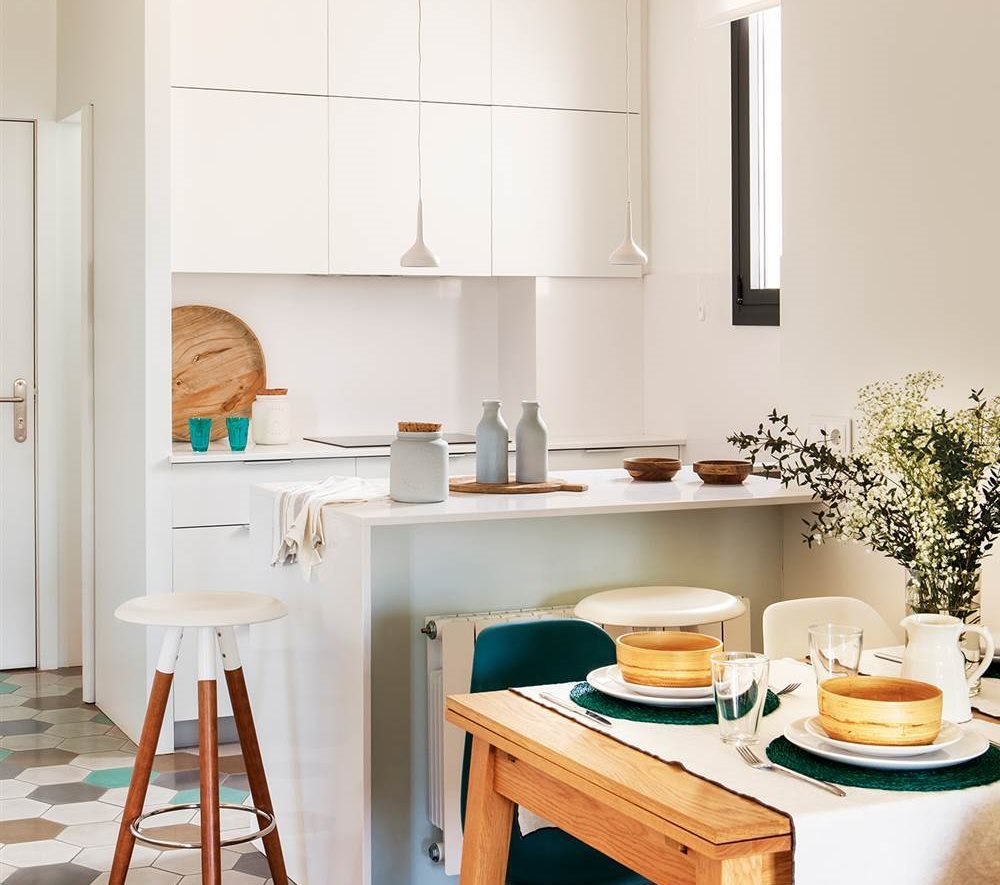 cocina pequea en blanco abierta al comedor