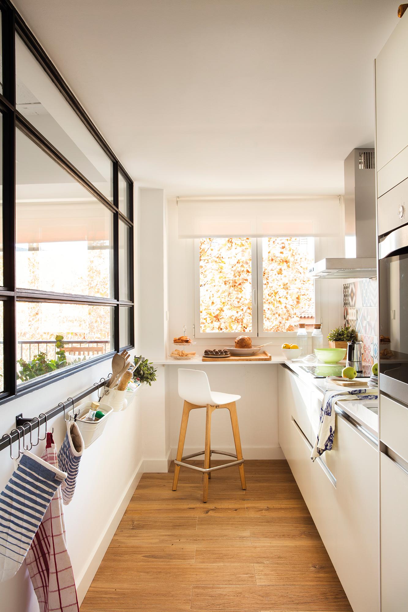 Cocinas peque as en un solo frente for Cocinas con barra de desayuno