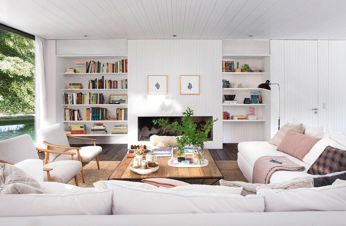 sofa blanco en el salon de la casa