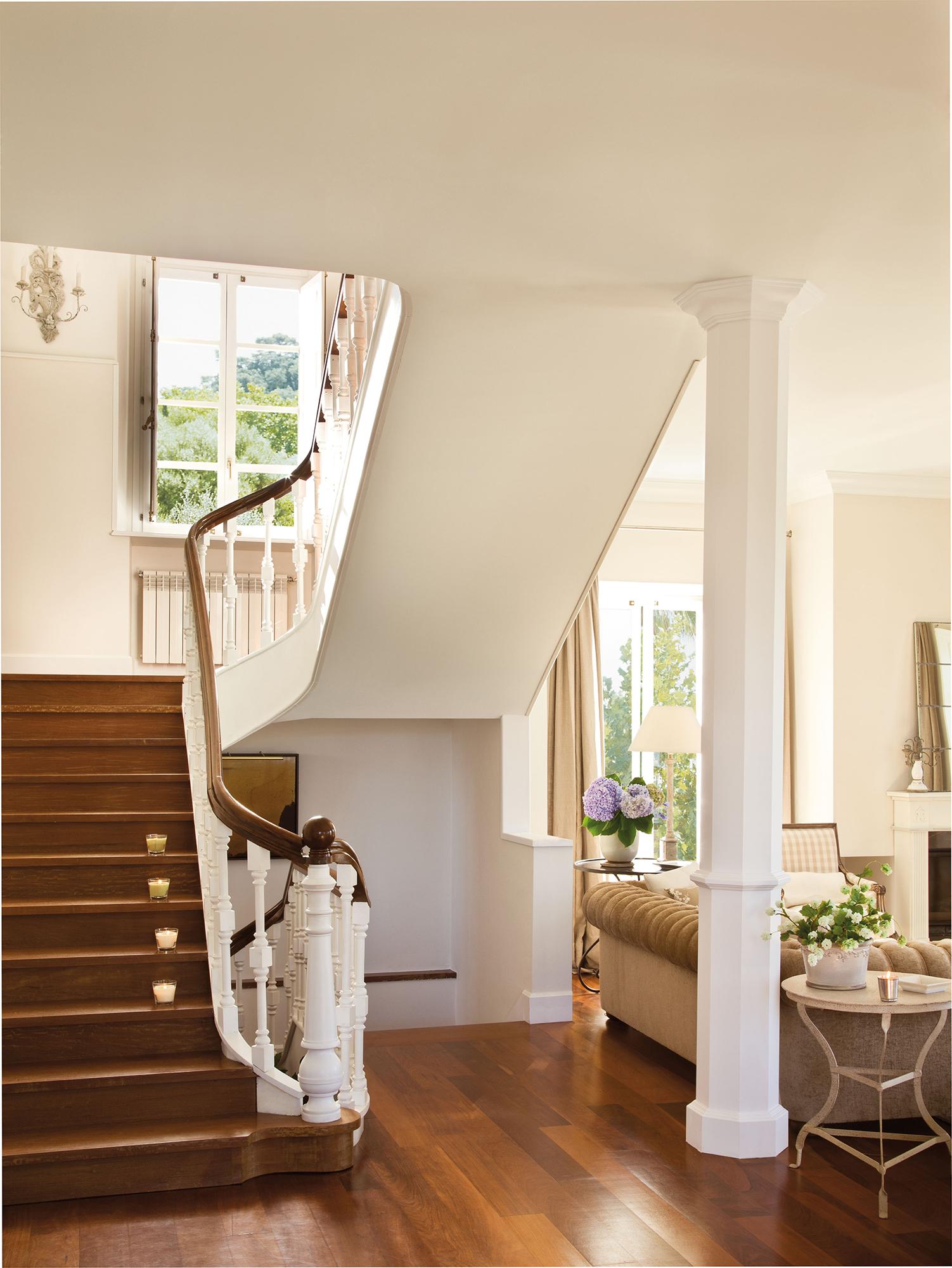 escalera con peldaos de madera y barandilla blanca con pasamanos de madera escalera con peldaos