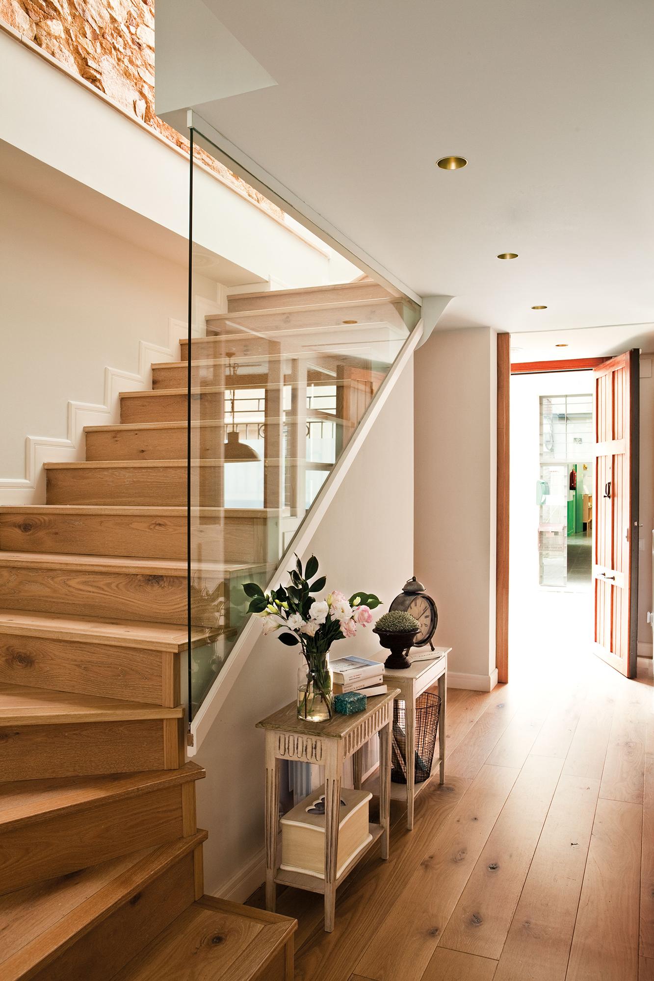 escalera con peldaos de madera y barandilla protectora de cristal escalera con peldaos de madera