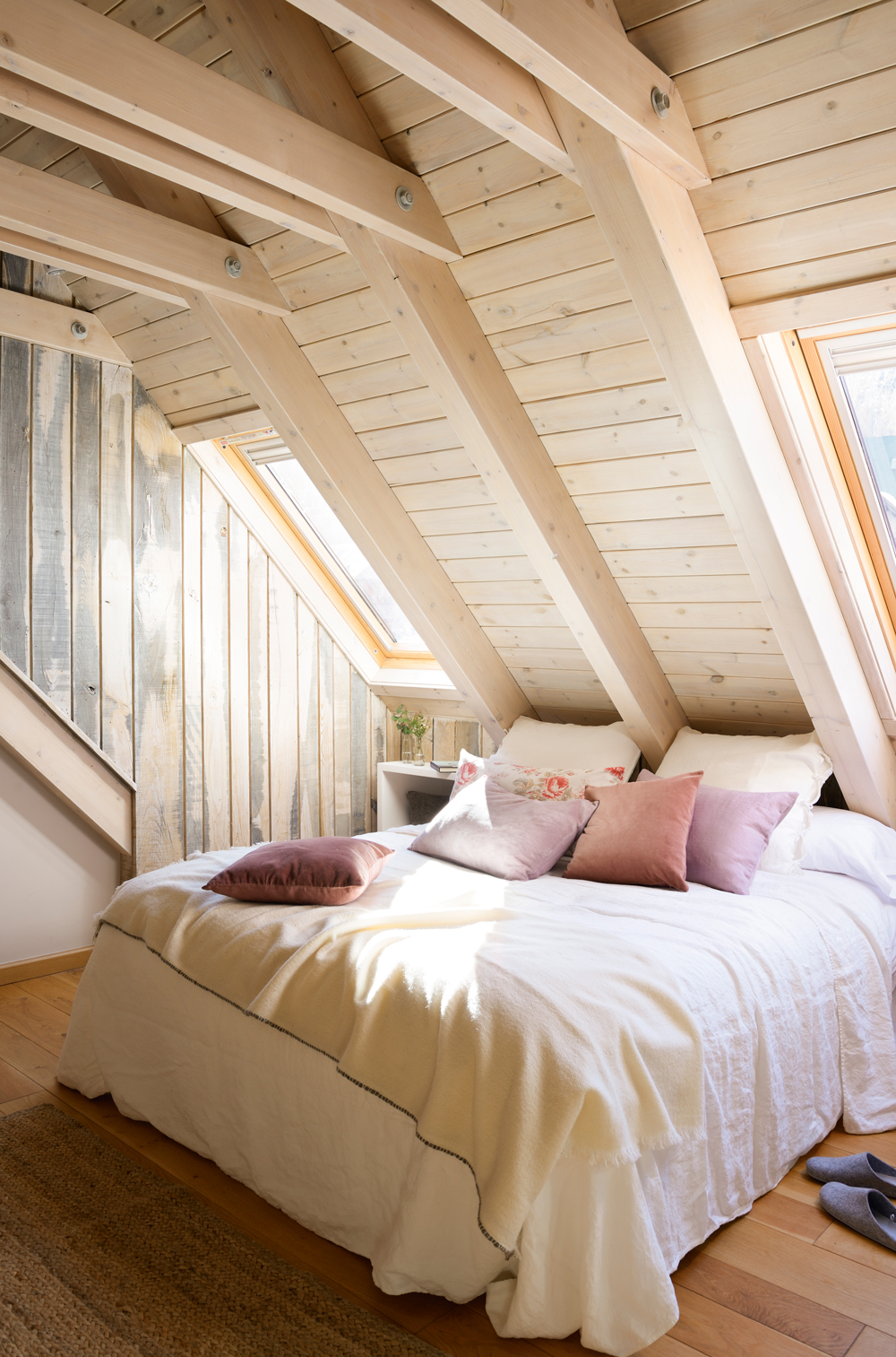 12 dormitorios decorados en blanco - Dormitorios en blanco y madera ...